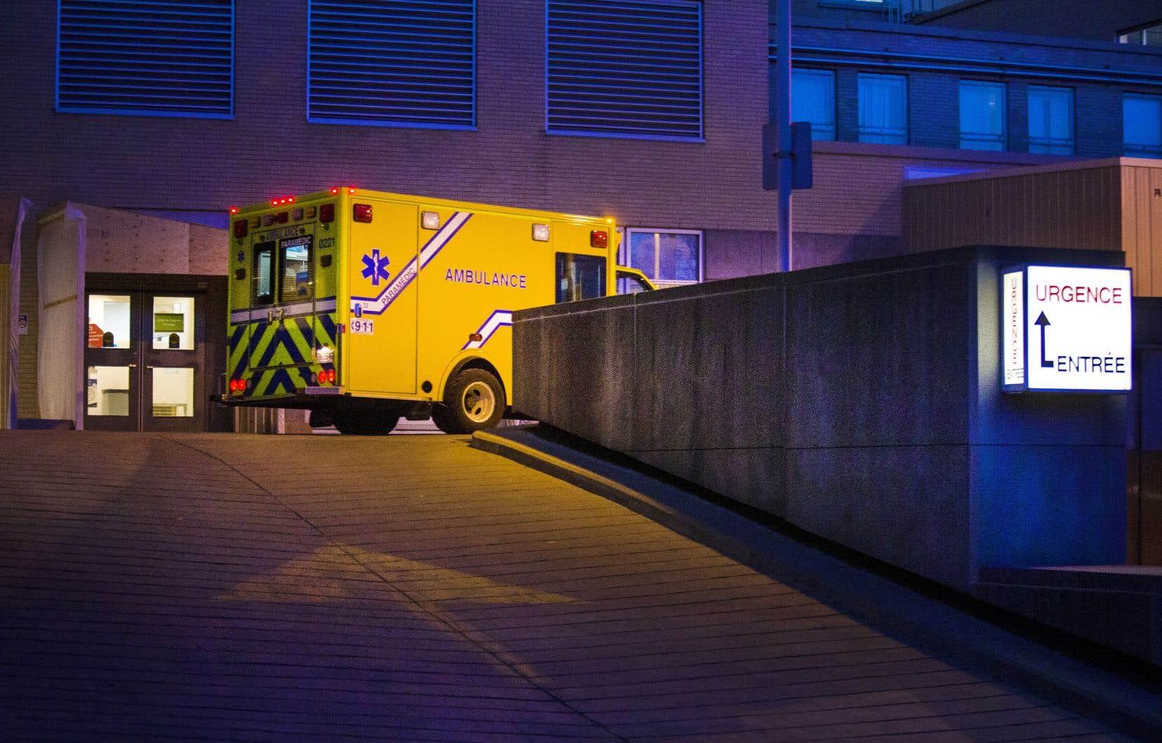 À Montréal, le nombre de patients COVID hospitalisés a doublé en un mois. Une tendance qui, combinée à la contamination accrue des travailleurs, met le réseau de la santé à rude épreuve.