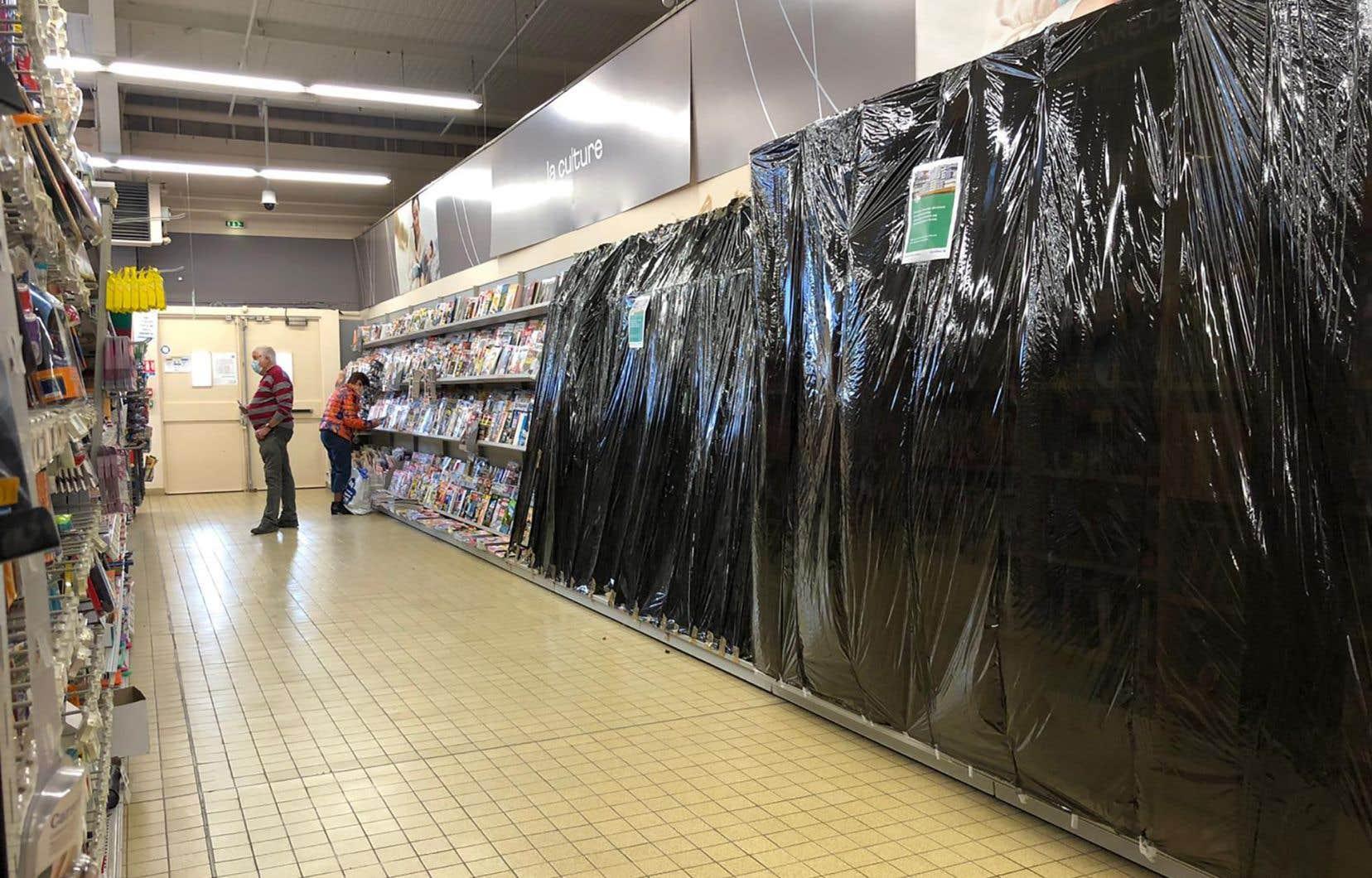 L'interdiction de vendre des poroduits «non essentiels» a été un véritable casse-tête pour les grands magasins, en France, qui ont dû mettre une partie de leurs employés au chômage technique. Il a fallu déplacer des rayons entiers en quelques jours, bloquer l'accès aux sections interdites. Parfois, il n'y avait que 15 centimètres entre les produits autorisés à la vente et ceux qui étaient interdits.