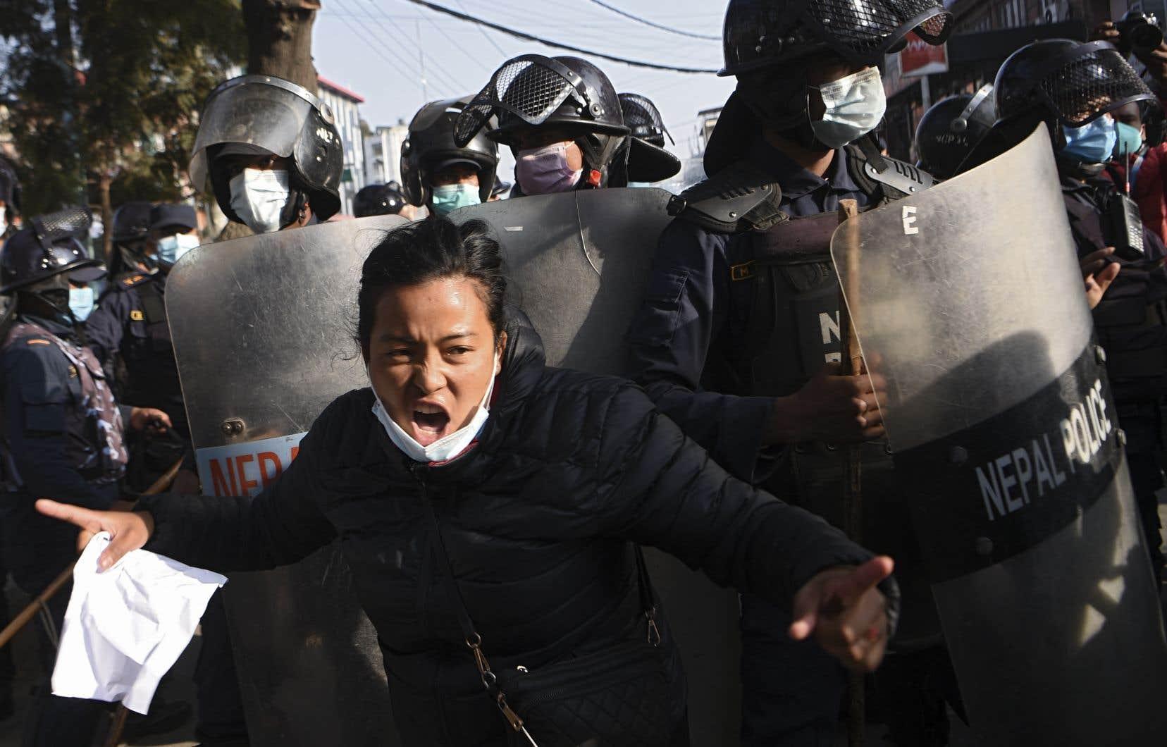 Des personnes sont descendues dans les rues de la capitale népalaise, Katmandou, pour manifester contre la décision de dissoudre le Parlement.