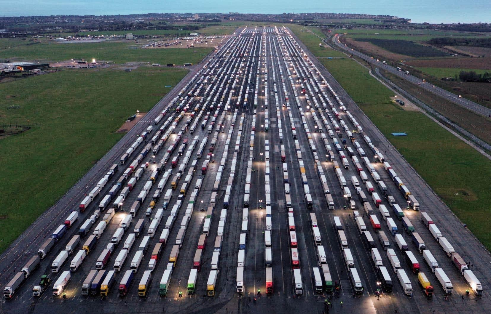 Contrairement aux autres pays, qui ont suspendu les vols arrivant du Royaume-Uni pour se protéger d'un nouveau variant du virus, seule la France a imposé un blocus sur le fret, condamnant des milliers de camionneurs à s'immobiliser dans le Kent avec leur cargaison et à devoir passer un test pour franchir la Manche.