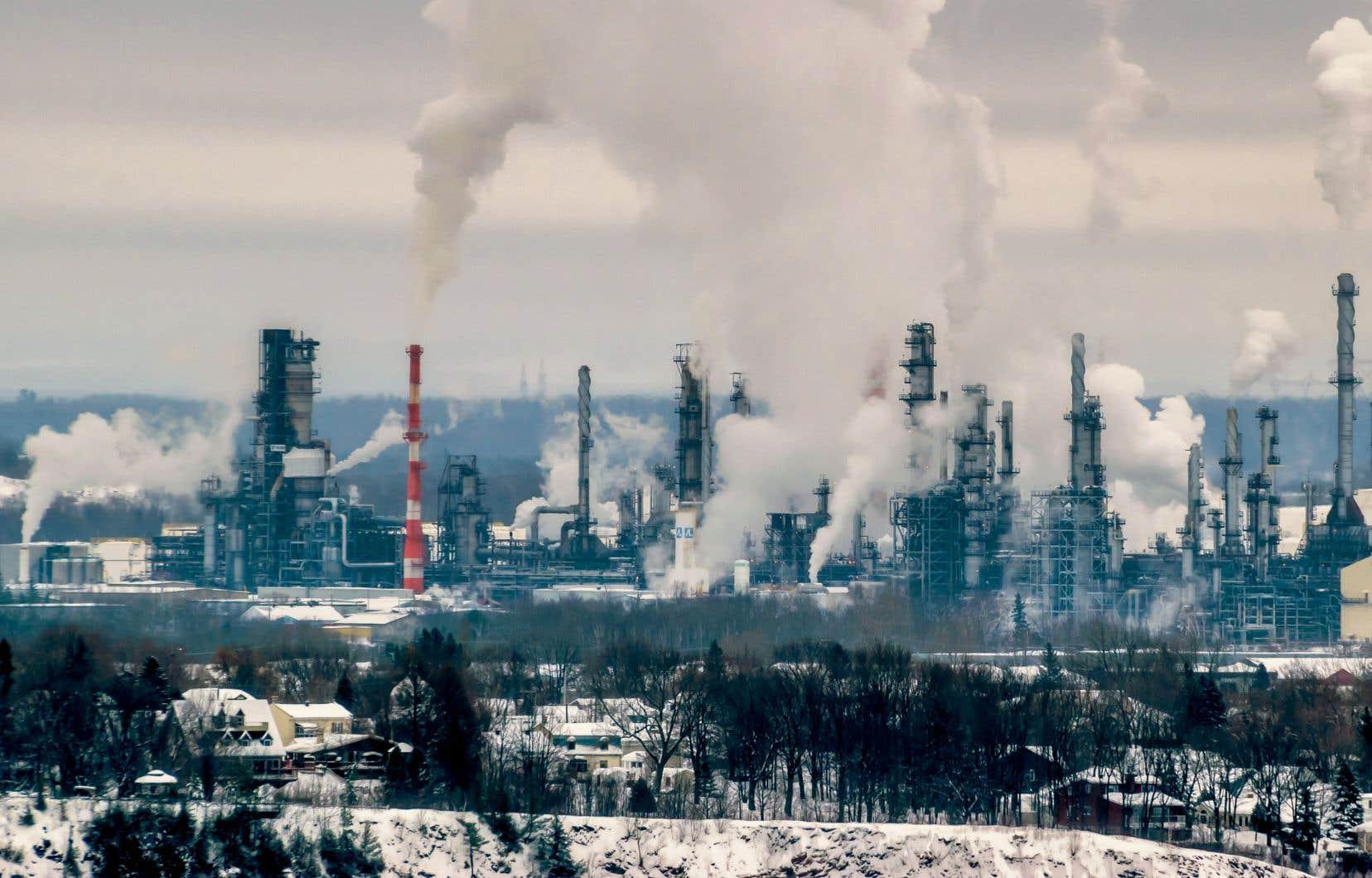 Ottawa estime que la bourse du carbone du Québec générera une réduction de GES équivalente à celle qu'aurait autrement générée la taxe fédérale, qui passera à 40 $ la tonne en 2021.