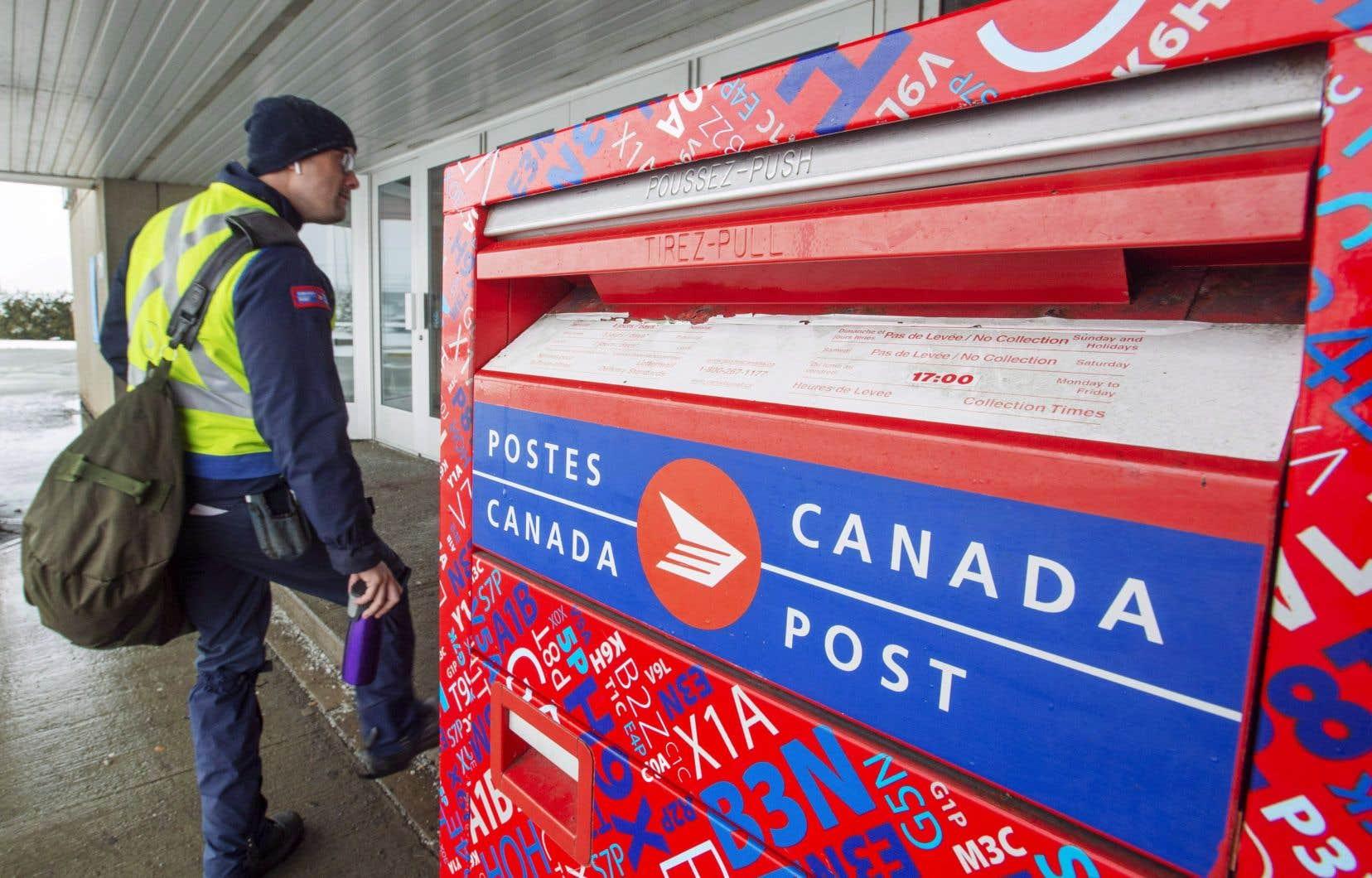 À l'échelle du pays. les comptoirs postaux connaissent «une hausse sans précédent des ventes de timbres et de fournitures et services d'expédition», confirme Postes Canada.