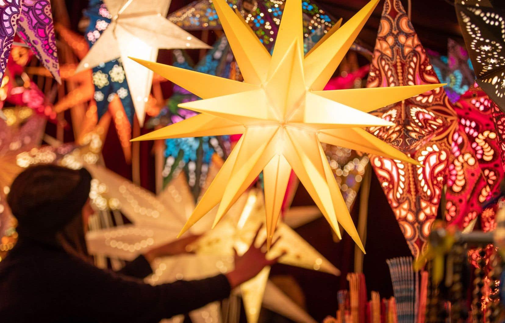 Avec le recul, il semble tout à fait approprié de célébrer Noël durant la période du solstice d'hiver. La victoire de la lumière, célébrée sous diverses formes par de nombreux peuples, des Maoris de la Nouvelle-Zélande aux Micmacs des provinces atlantiques, replace Noël dans une tradition plusieurs fois millénaire.