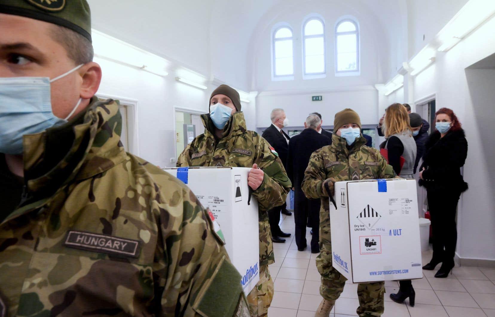 La Hongrie a commencé samedi à vacciner son personnel soignant, quelques heures après avoir reçu ses premières doses, devançant la plupart des pays de l'UE.