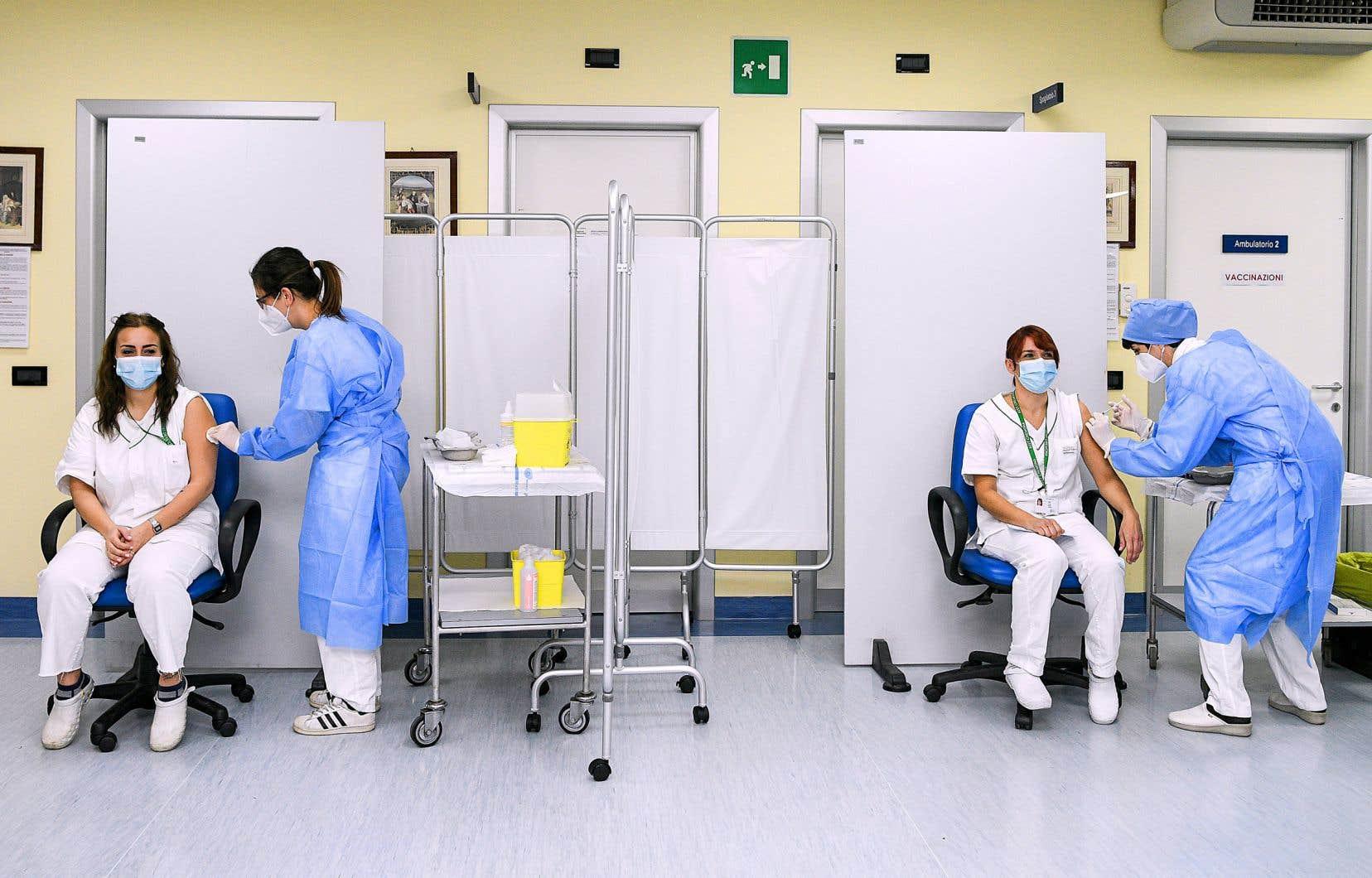 Livrées samedi, les premières doses du vaccin Pfizer-BioNtech ont été injectées en Italie peu avant 8h à des membres du personnel hospitalier.