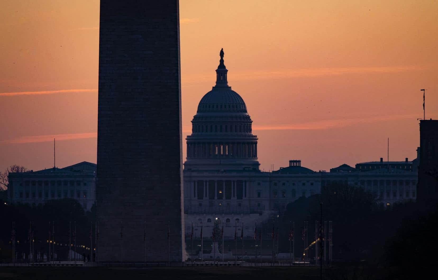 La résistance du président américain fait également planer le spectre d'une fermeture des services publics dès mardi parce que la proposition de loi fait partie d'un ensemble de textes législatifs incluant le financement de l'État fédéral.