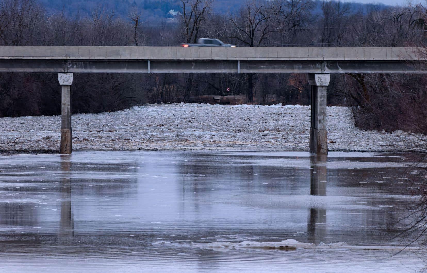 Plusieurs cours d'eau sont sous surveillance au Québec, comme ici à Rigaud où une embâcle de surface s'est formée vendredi, avant de se résorber graduellement.