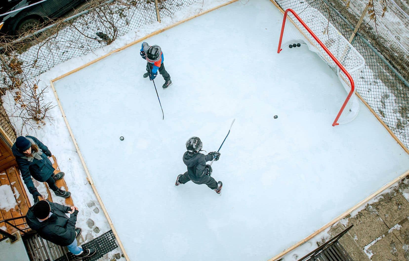La saison de hockey de ses deux fils de six et de neuf ans ayant été suspendue en raison du coronavirus, Alphé Gagné a aménagé une patinoire dans sa ruelle. «J'ai toujours rêvé d'avoir une patinoire chez moi depuis que je suis jeune.»