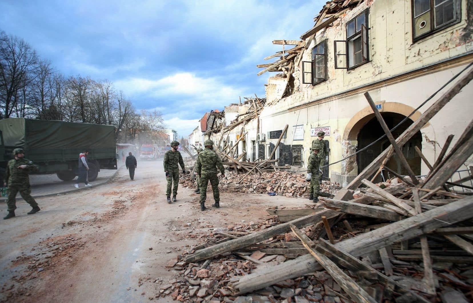 À Petrinja, dans le centre du pays, des centaines d'immeubles ont été réduits en poussière sous le choc du séisme de mardi.