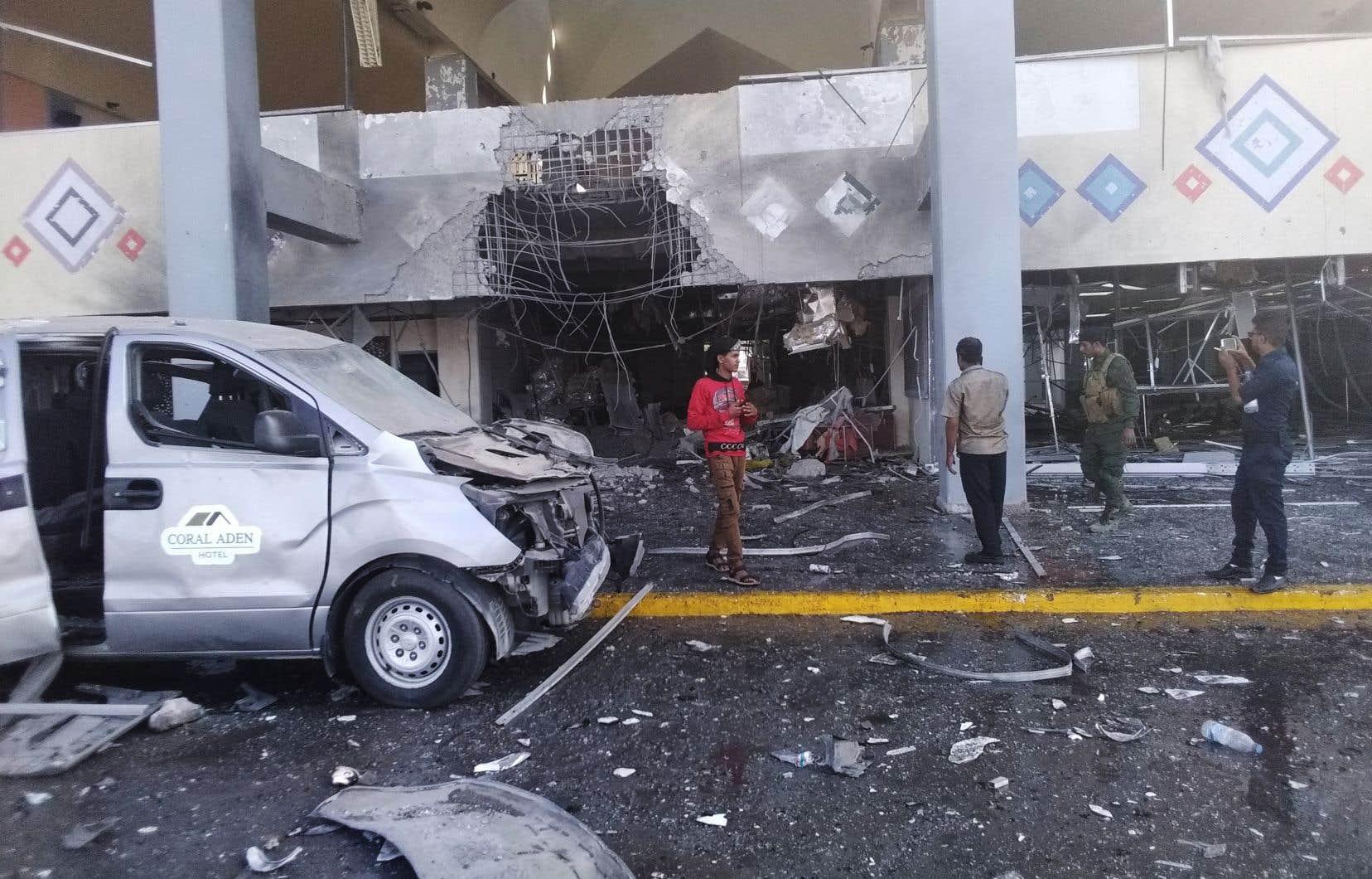 Selon un correspondant de l'AFP, au moins deux explosions se sont produites lorsque l'avion qui transportait le gouvernement a atterri et que les responsables ont commencé à sortir de l'appareil.
