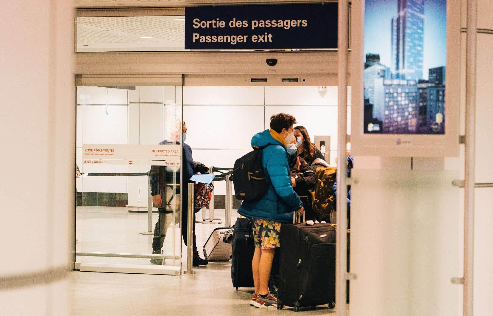 Le gouvernement Trudeau a annoncé mercredi midi qu'il demanderait «dans les prochains jours» la présentation d'un test de dépistage négatif à la COVID-19 datant de moins de 72heures à tous les voyageurs souhaitant entrer au pays.