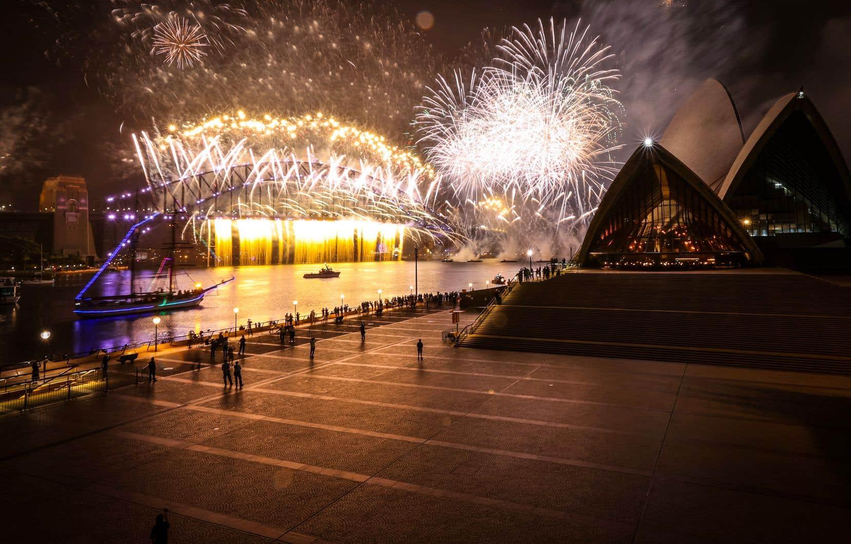 À Sydney, le célèbre feu d'artifice du Nouvel an a été tiré au-dessus de la Baie, mais en l'absence quasi-totale de spectateurs.