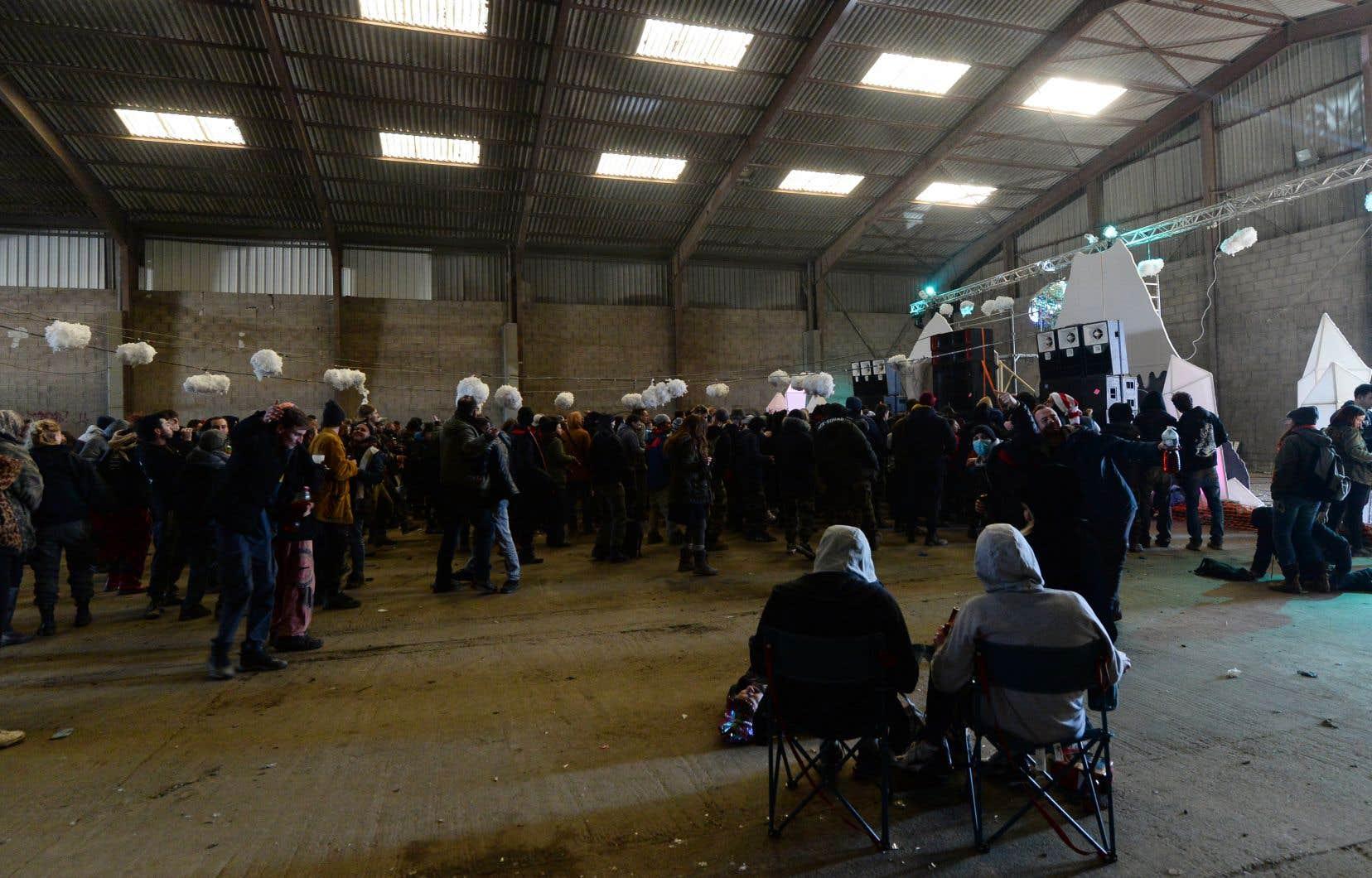 Des fêtards venus de plusieurs pays d'Europe se sont rassemblés dansces hangars de la localité de Lieuron, au sud de la ville de Rennes.