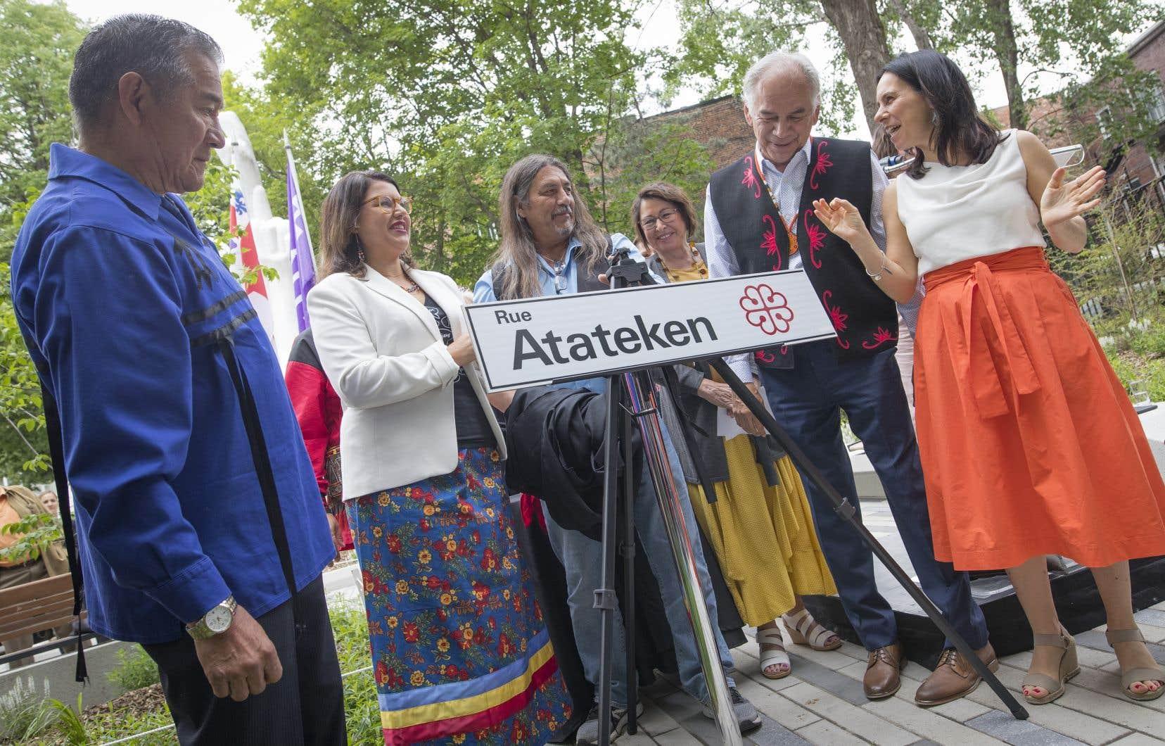 À Montréal, la rue Amherst a été rebaptisée Atateken en 2019. La mairesse Valérie Plante en avait fait l'annonce aux côtés notamment de Ghislain Picard, le chef de l'Assemblée des Premières Nations (à sa droite) et du grand chef du Conseil mohawk de Kanesatake, Serge Otsi Simon (à gauche sur la photo).