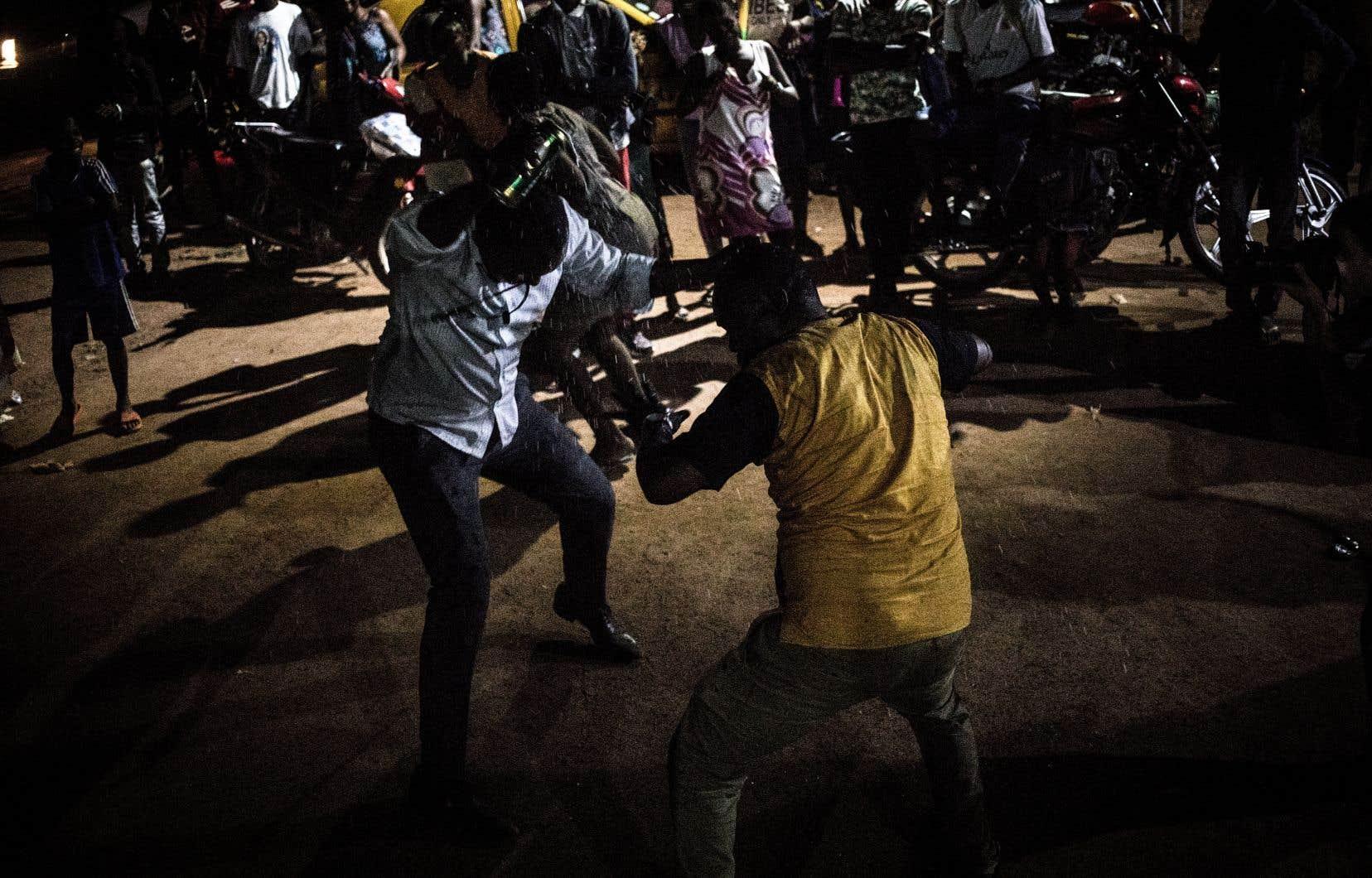 Ces élections se sont déroulées dans un pays où une guerre civile très meurtrière, commencée en 2013, avait considérablement baissé d'intensité depuis 2018, mais en proie à une nouvelle offensive de rebelles décidés à empêcher les élections.