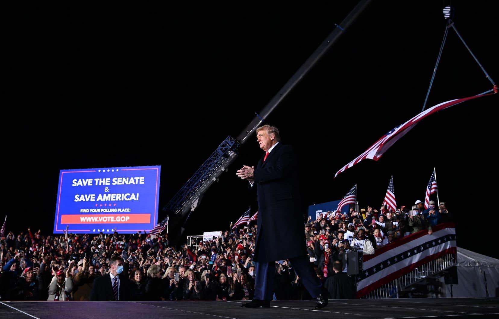 Donald Trump arrive pour prendre la parole lors d'un rassemblement en soutien aux sénateurs républicains sortants Kelly Loeffler et David Perdue, à l'aéroport régional de Dalton, en Géorgie.