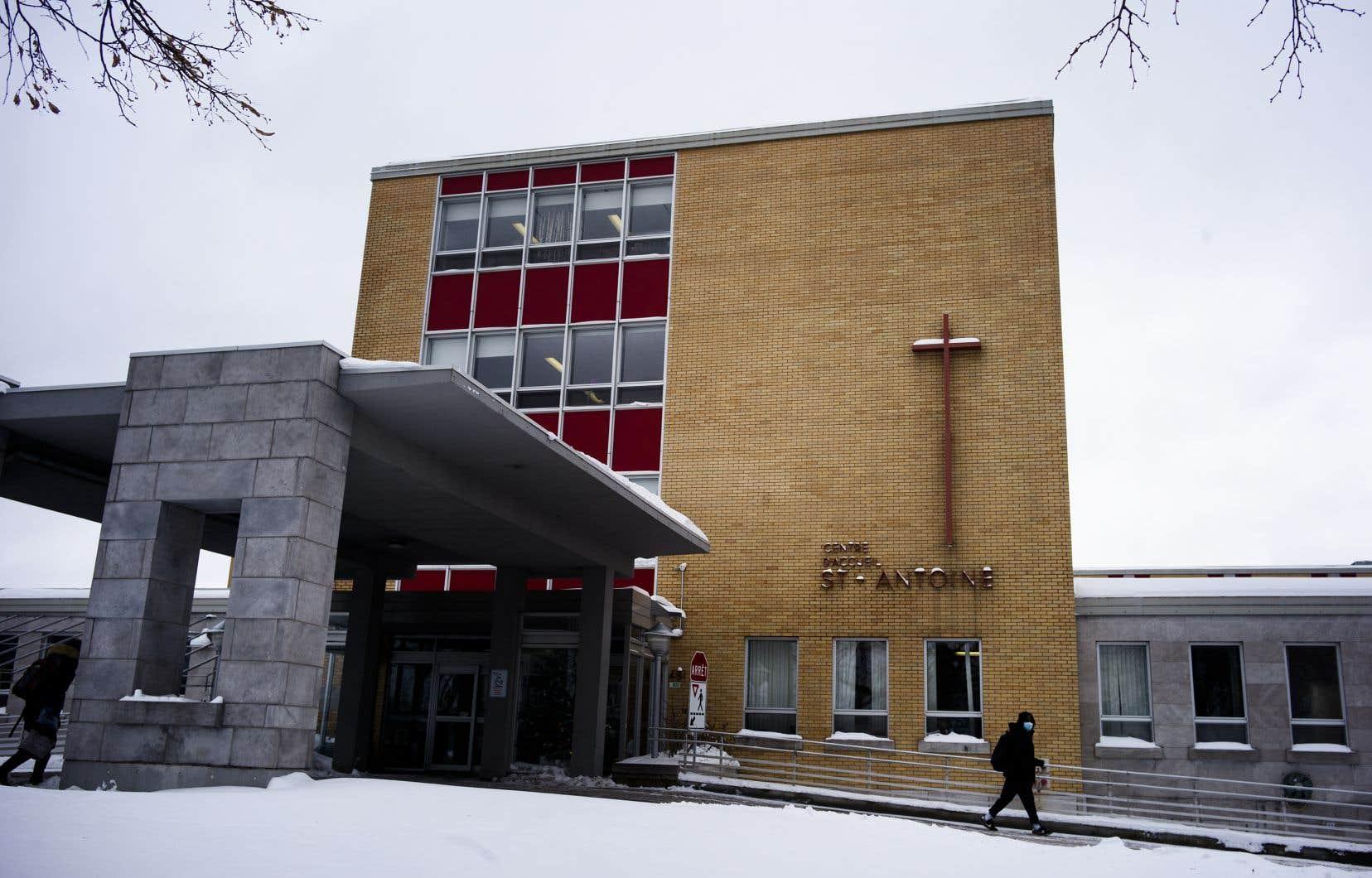 Le CHSLD Saint-Antoine est frappé par une grave éclosion de COVID-19. Lundi, on y recensait 98 cas, dont 53 parmi les employés.