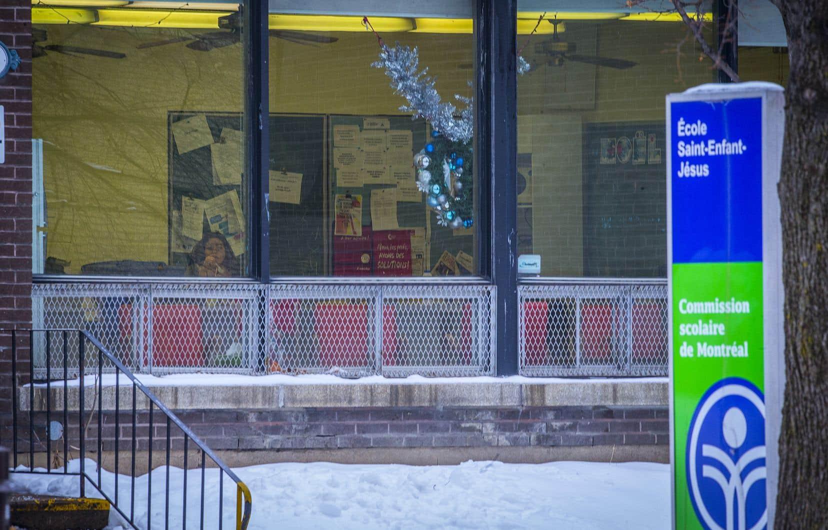 L'Association des pédiatres du Québec plaide d'ailleurs pour le retour en classe des élèves le 11janvier, tout comme le maintien des services de garde pour tous.