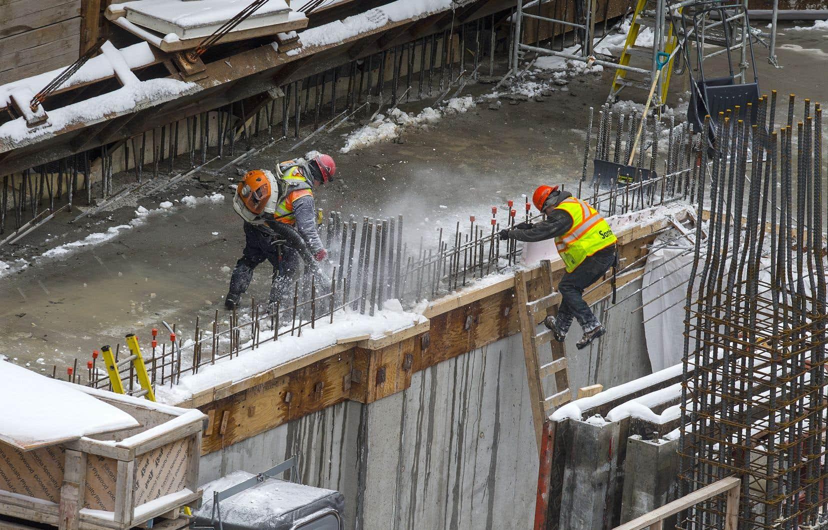 Québec s'apprête à annoncer mercredi le maintien de la fermeture des «commerces non prioritaires» et le retour du confinement de l'industrie de la construction et du secteur manufacturier.