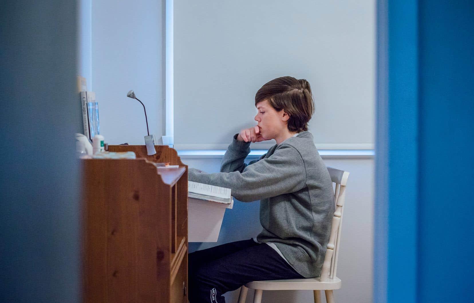 Le premier ministre François Legault envisage de prolonger l'enseignement à distance d'une semaine au niveau primaire (jusqu'au 18janvier) et de deux semaines au niveau secondaire (jusqu'au 25janvier).