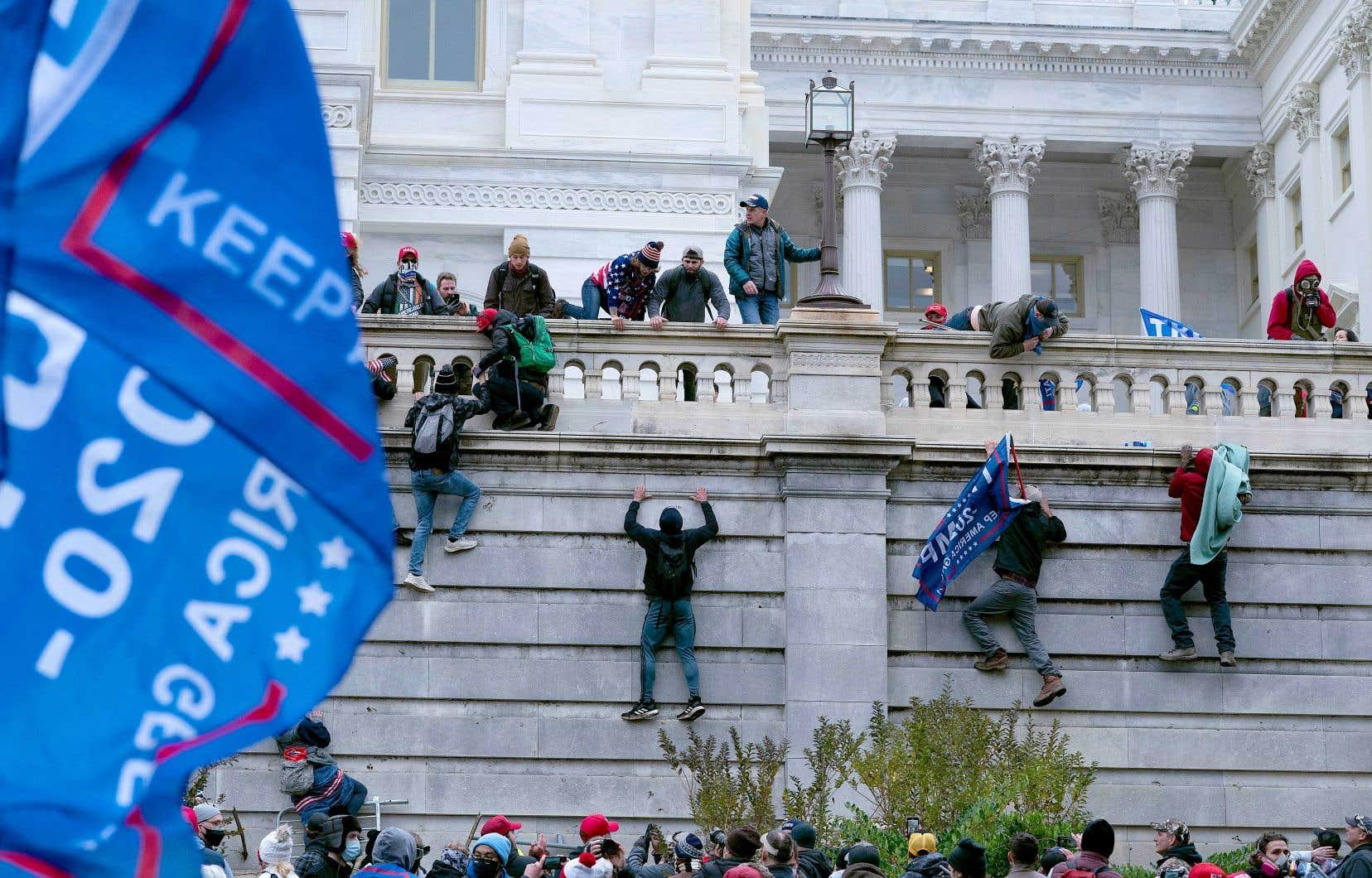 Des manifestants grimpaient mercredi le mur ouest du Capitole, en soutien au président sortant Donald Trump.