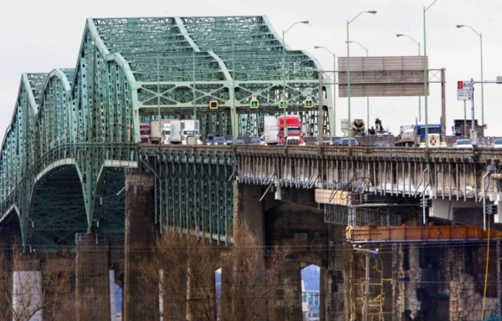 Sam Hamad a répété avoir obtenu l'assurance de la part du gouvernement fédéral que le pont Champlain demeure sécuritaire.<br />