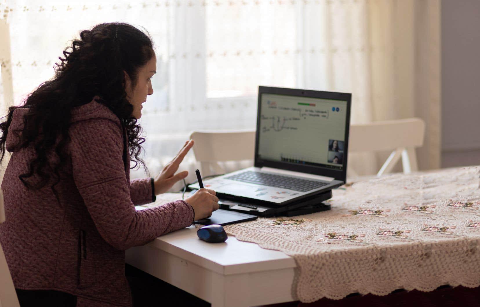 Avec le report des périodes de confinement, trop de gens s'habituent à des postes de travail qui se voulaient au départ temporaires, déplore Carol-Anne Gauthier, une chargée de cours à l'Université Laval qui donne des cours sur le télétravail.