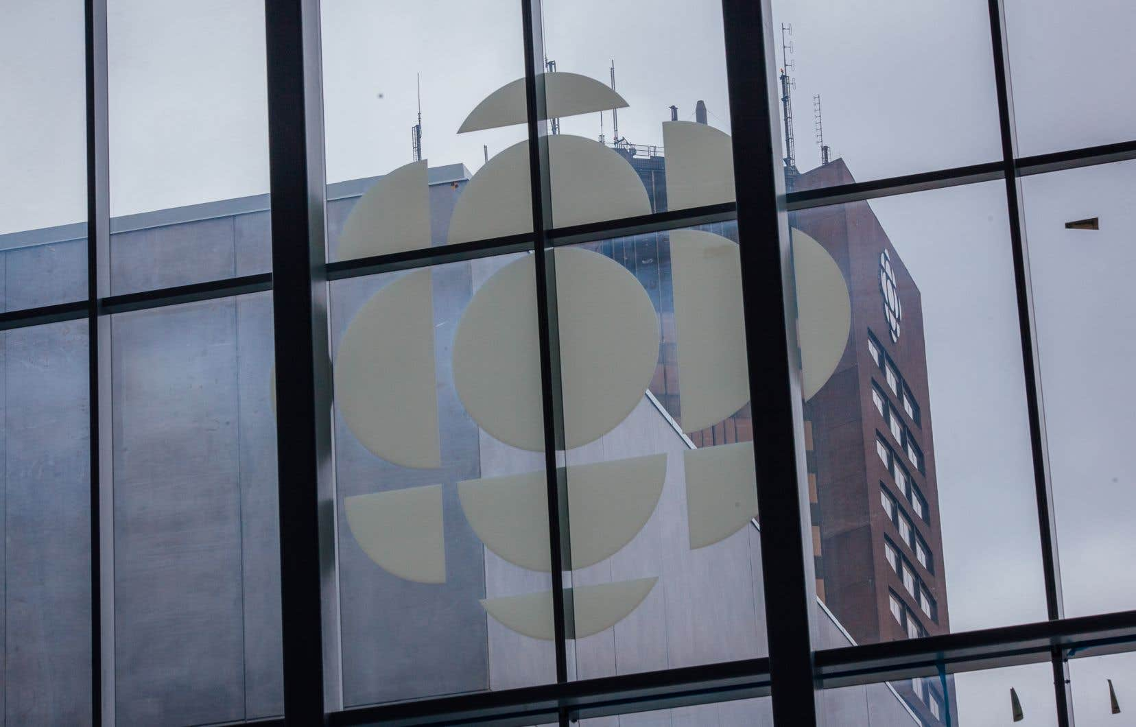 Le système de radiodiffusion publique du Canada est basé sur la coexistence d'intérêts publics et privés, et donne à Radio-Canada le mandat d'assurer une partie de ses revenus par la publicité.
