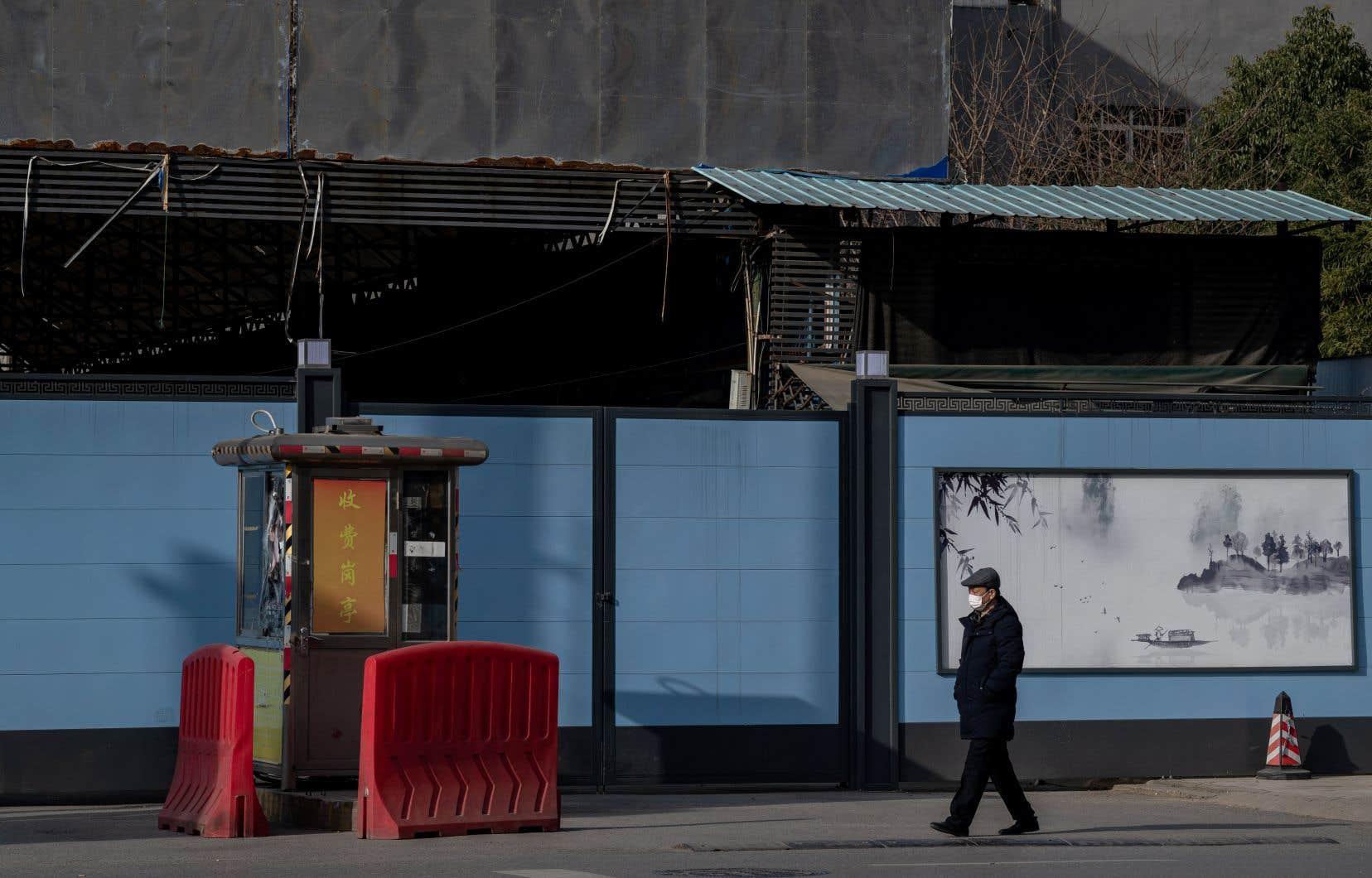 Le marché Huanan, à Wuhan, considéré comme le premier grand foyer de l'épidémie, a été fermé le 1erjanvier 2020 et l'était toujours lundi. Le gouvernement chinois n'a pas autorisé d'experts indépendants à enquêter sur place.