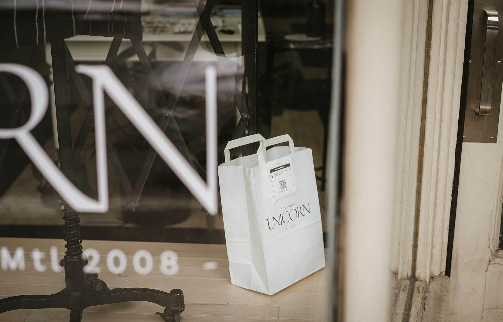 Un paquet prêt à être ramassé à la boutique de vêtements Unicorn, sur le boulevard Saint-Laurent à Montréal. Les «fashionistas» doivent patienter à l'extérieur de la boutique pour recevoir leurs achats.
