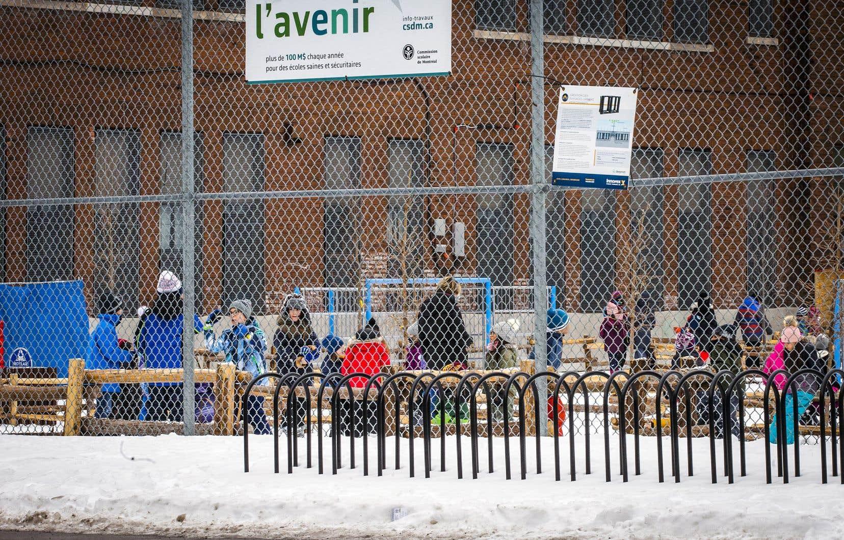 À l'école Saint-Pierre-Claver, àMontréal, le virus a forcé 78 enfants et membres du personnel infectés — et un nombre indéterminé de leurs proches — à se placer en isolement durant une partie du congé des Fêtes.