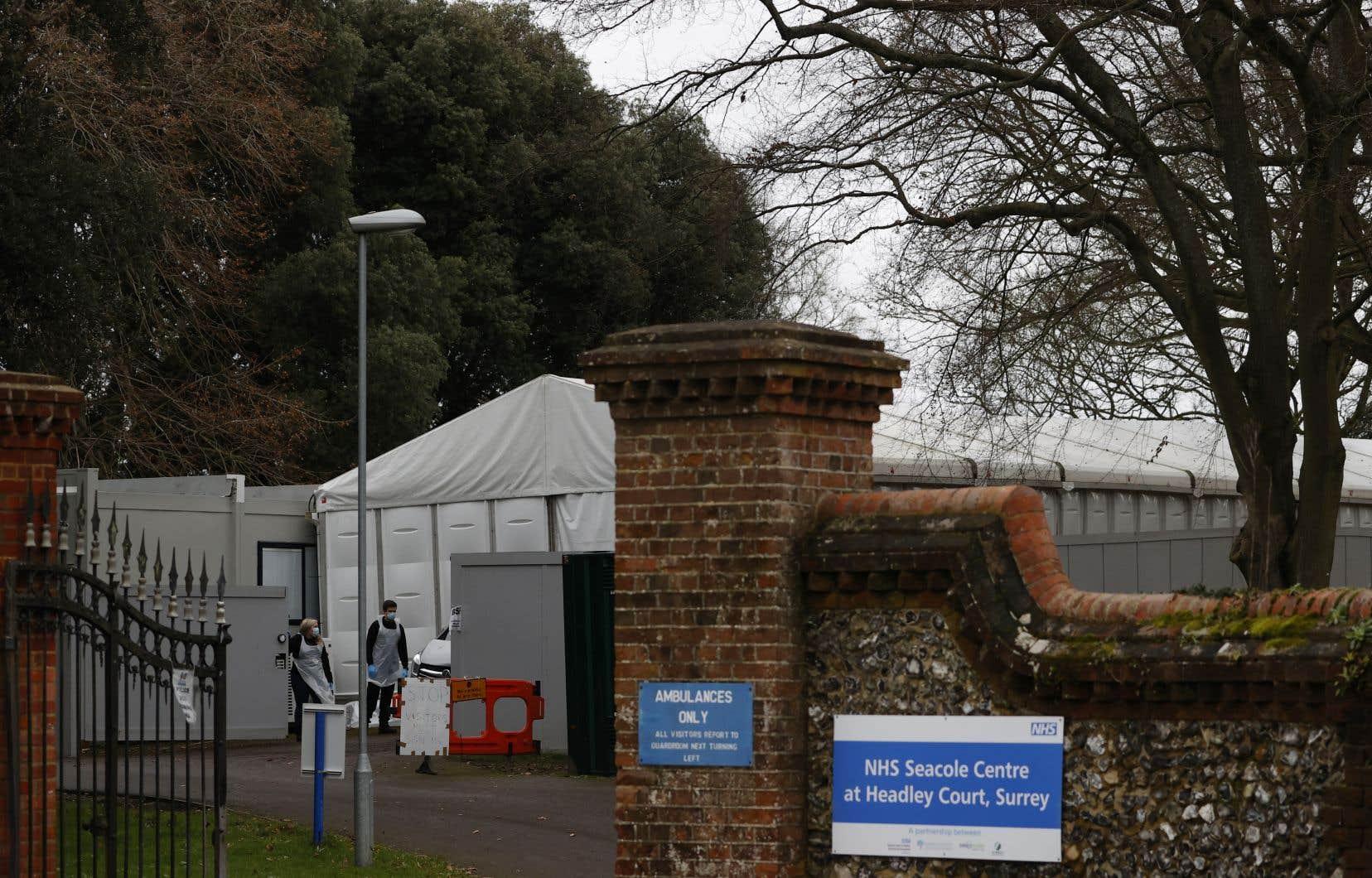 Faute de places, la morgue provisoire d'Epsom, dans le comté du Surrey, en banlieue sud-ouest de Londres, accueille 170 corps, dont plus de la moitié sont des personnes mortes de la COVID-19, selon le conseil local.