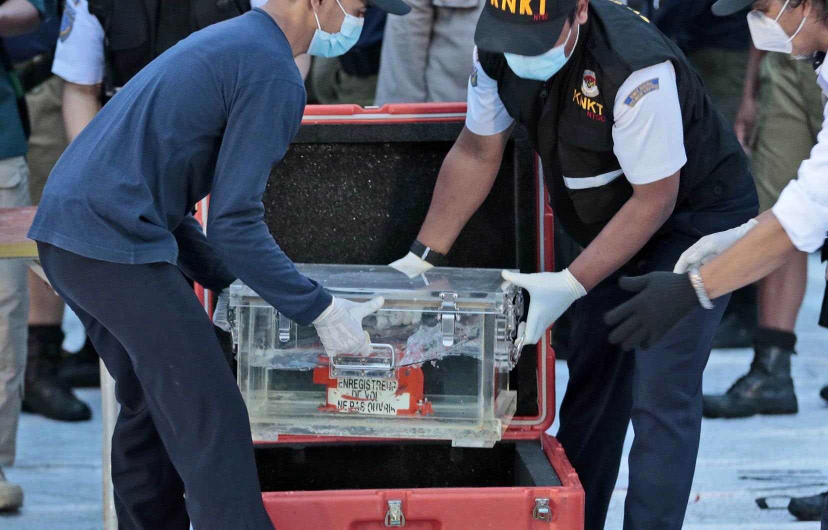 Reste encore à retrouver l'autre boîte noire, l'enregistreur des conversations de la cabine de pilotage (CVR), qui a perdu sa balise.