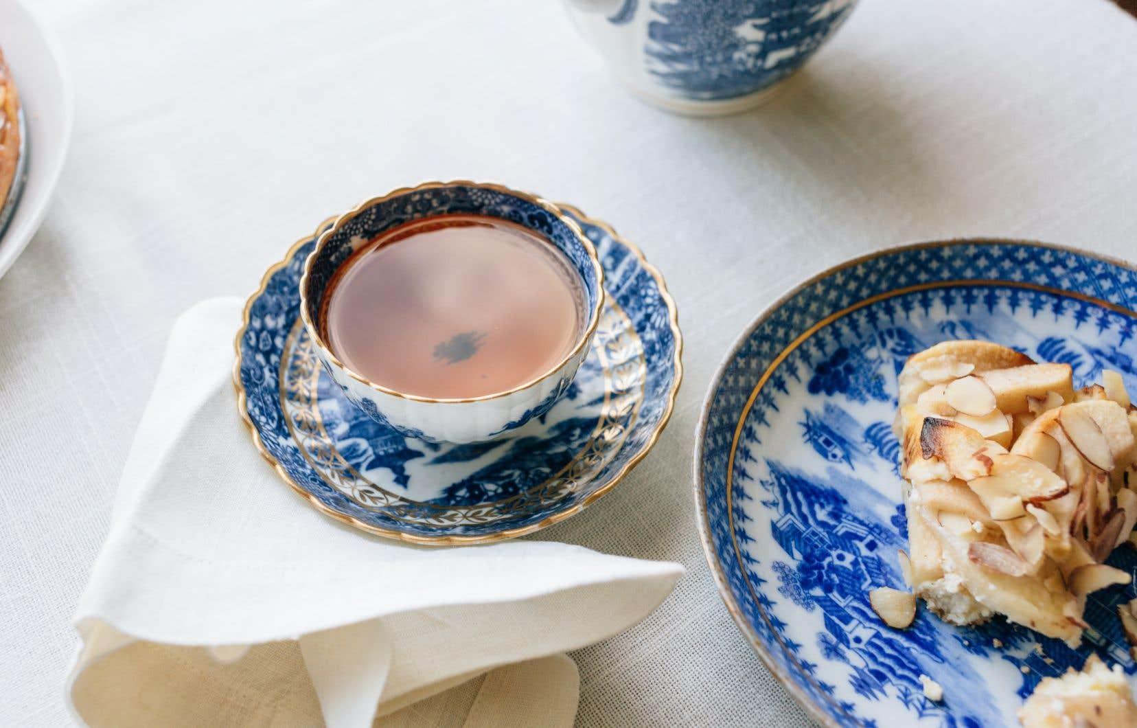 En Angleterre, le thé d'après-midi est souvent accompagné de pain, de beurre et de petits gâteaux, une brillante idée qui remonte au 19e siècle.