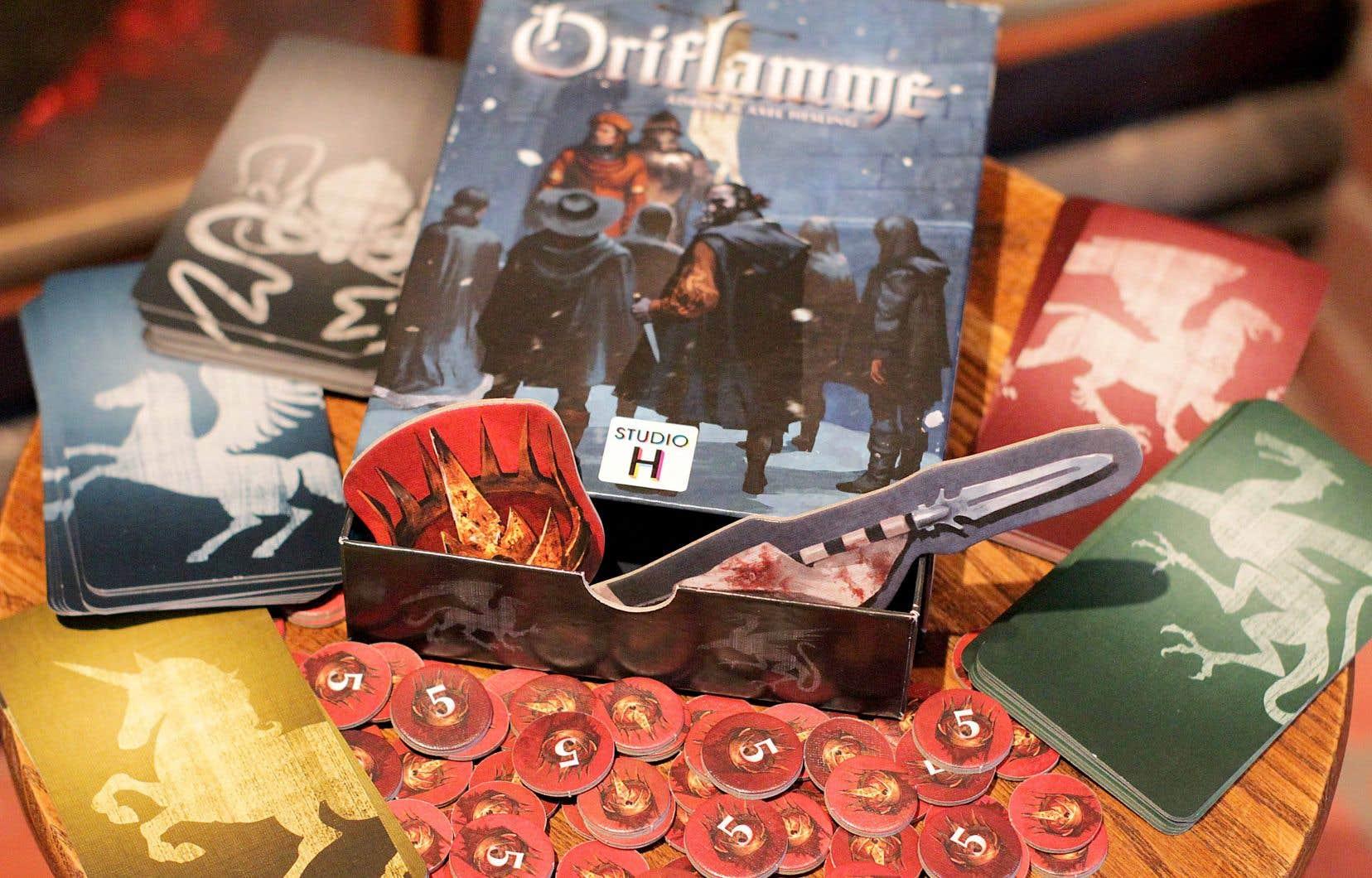 Dans le jeu Oriflamme, chaque joueur tente de s'emparer du trône en jouant le plus finement possible les sept cartes, personnages ou intrigues qui composent sa famille.