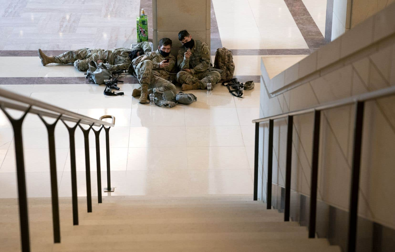 Images saisissantes, des dizaines de militaires ont passé la nuit à l'intérieur du bâtiment du Congrès, dormant encore à même le sol dans les salles et les couloirs alors même que les élus arrivaient.