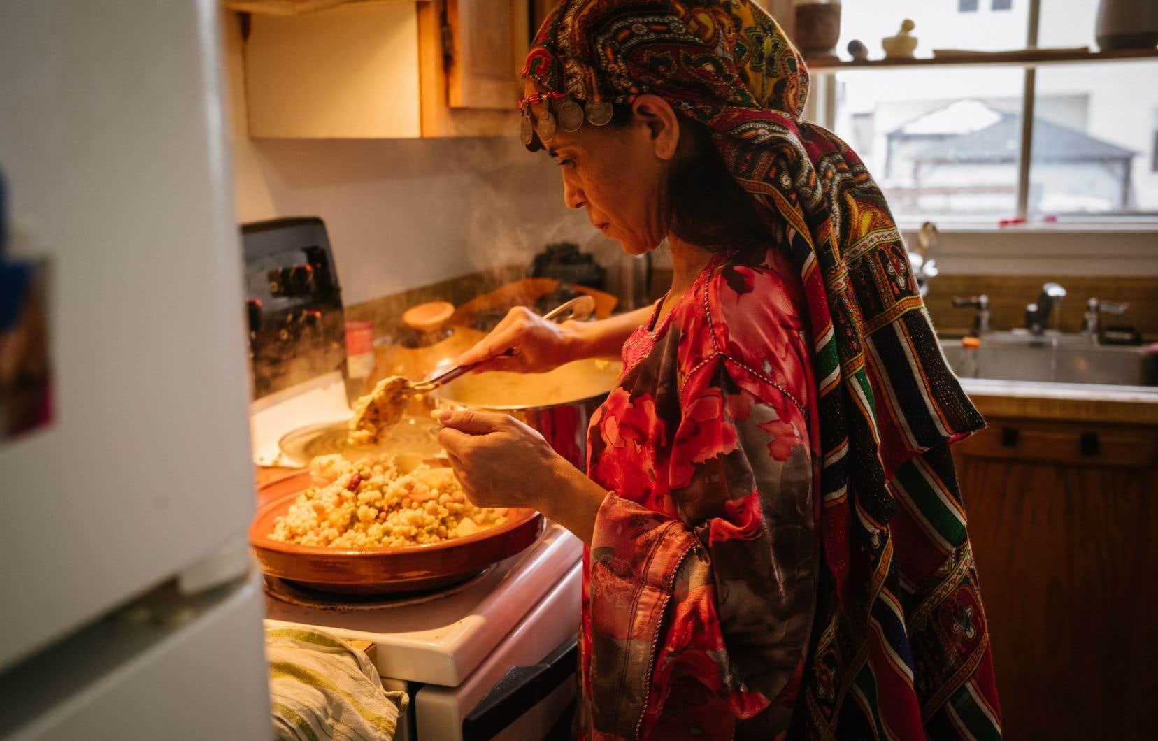 Khadija El Bouhali, préparant l'Avazine