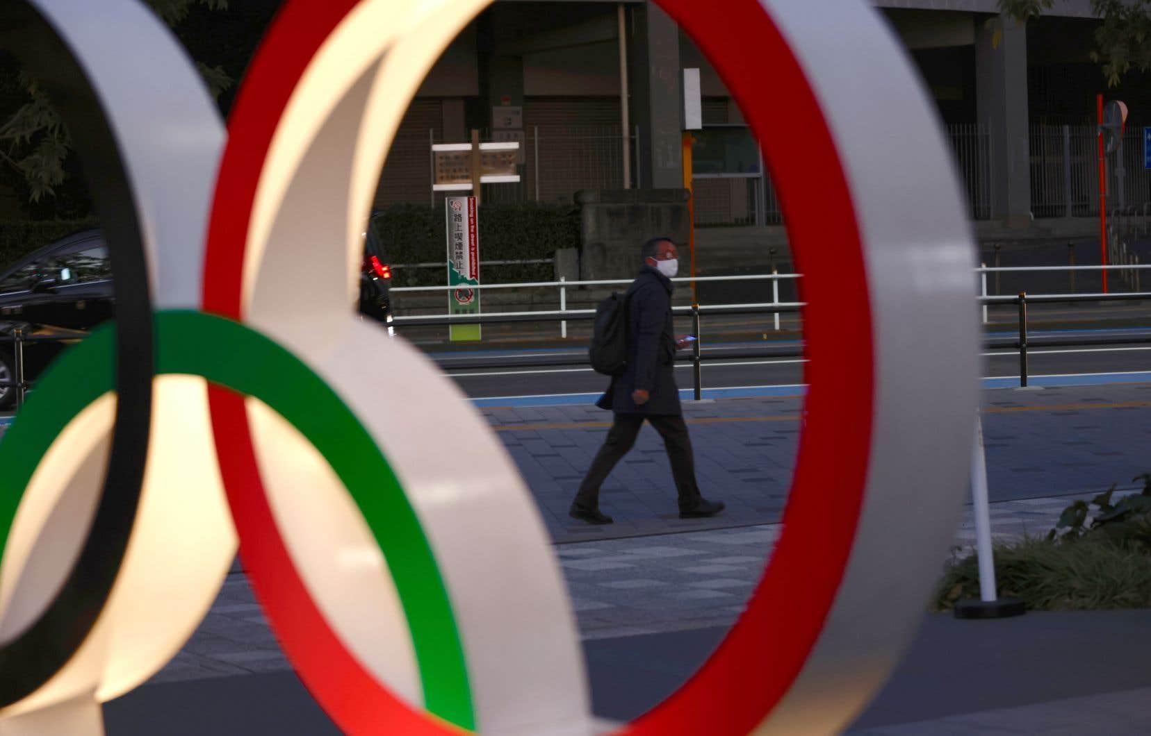 Deux sondages récemment publiés par l'agence de presse Kyodo et par le diffuseur TBS montrent que 80% des participants souhaitent l'annulation ou le report des Olympiques, ou encore croient qu'ils n'auront pas lieu.