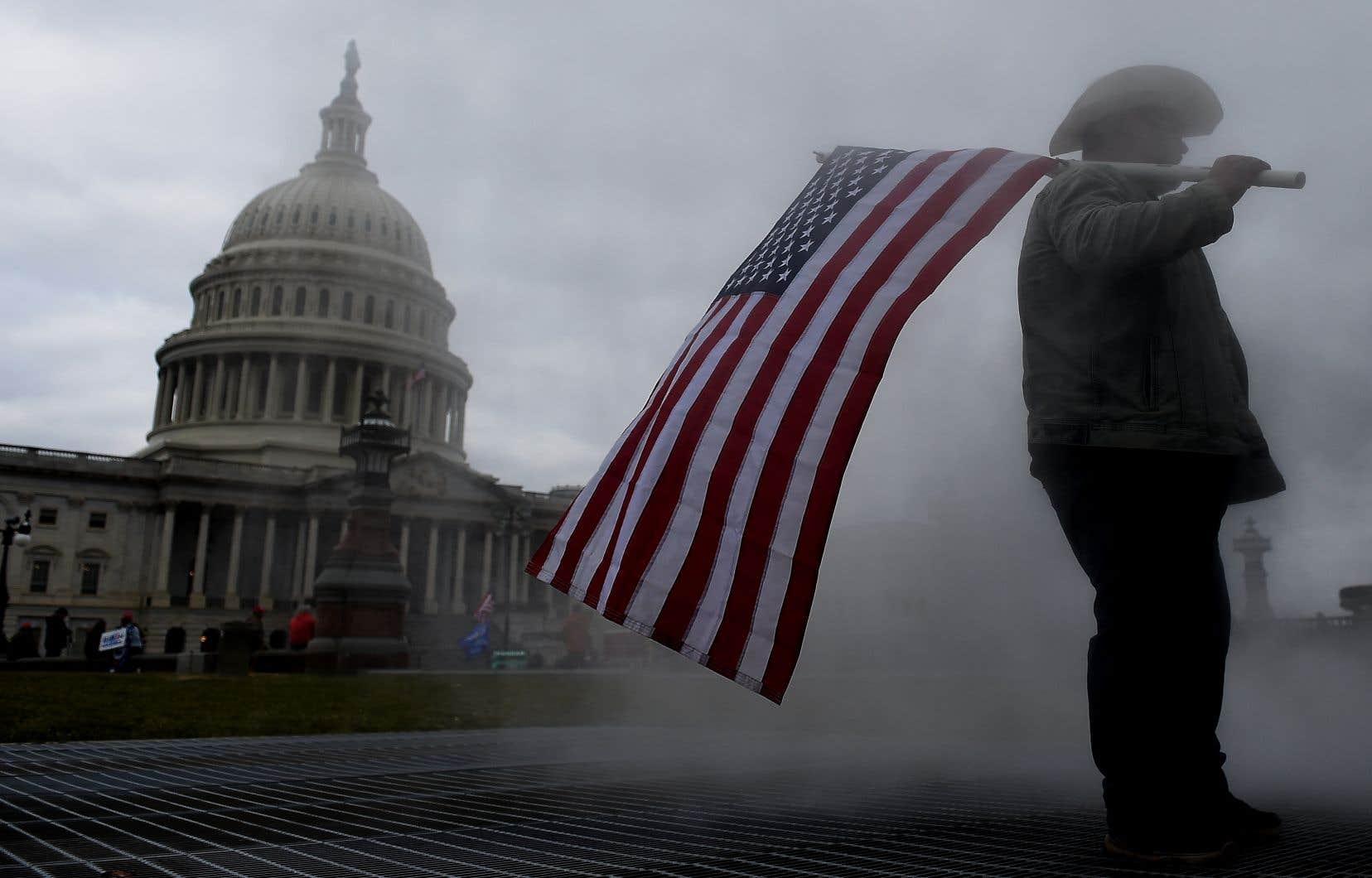 La nouvelle procédure en destitution de Donald Trump est soutenue par 53% des Américains et alimente également la ligne de fracture entre les partisans des deux partis politiques, ont révélé mercredi les données du sondage Morning Consult mené pour le compte de Politico.