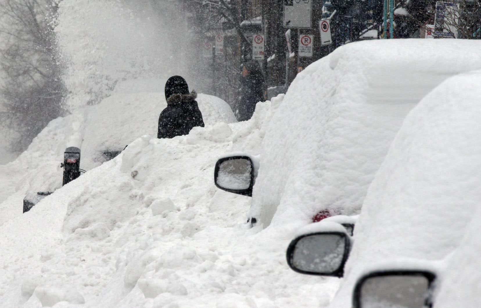 <p>Environnement Canada prévoit une tempête qui déversera entre 15 et 30 centimètres de neige sur la plupart des régions à compter de samedi.</p>