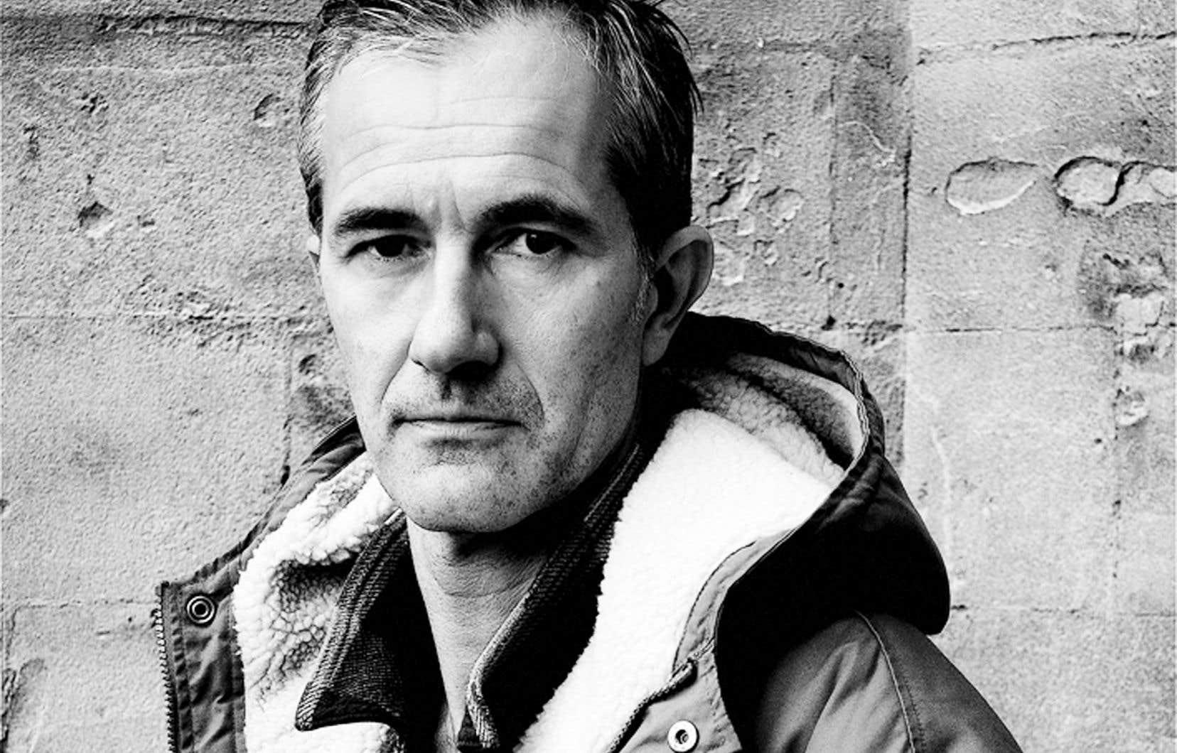 Encore peu traduit en français, Geoff Dyer, né en 1958 dans le sud-ouest de l'Angleterre et vivant à Los Angeles depuis 2014, est l'auteur de quelques romans, mais il s'est surtout fait remarquer pour ses essais, à la manière très originale.