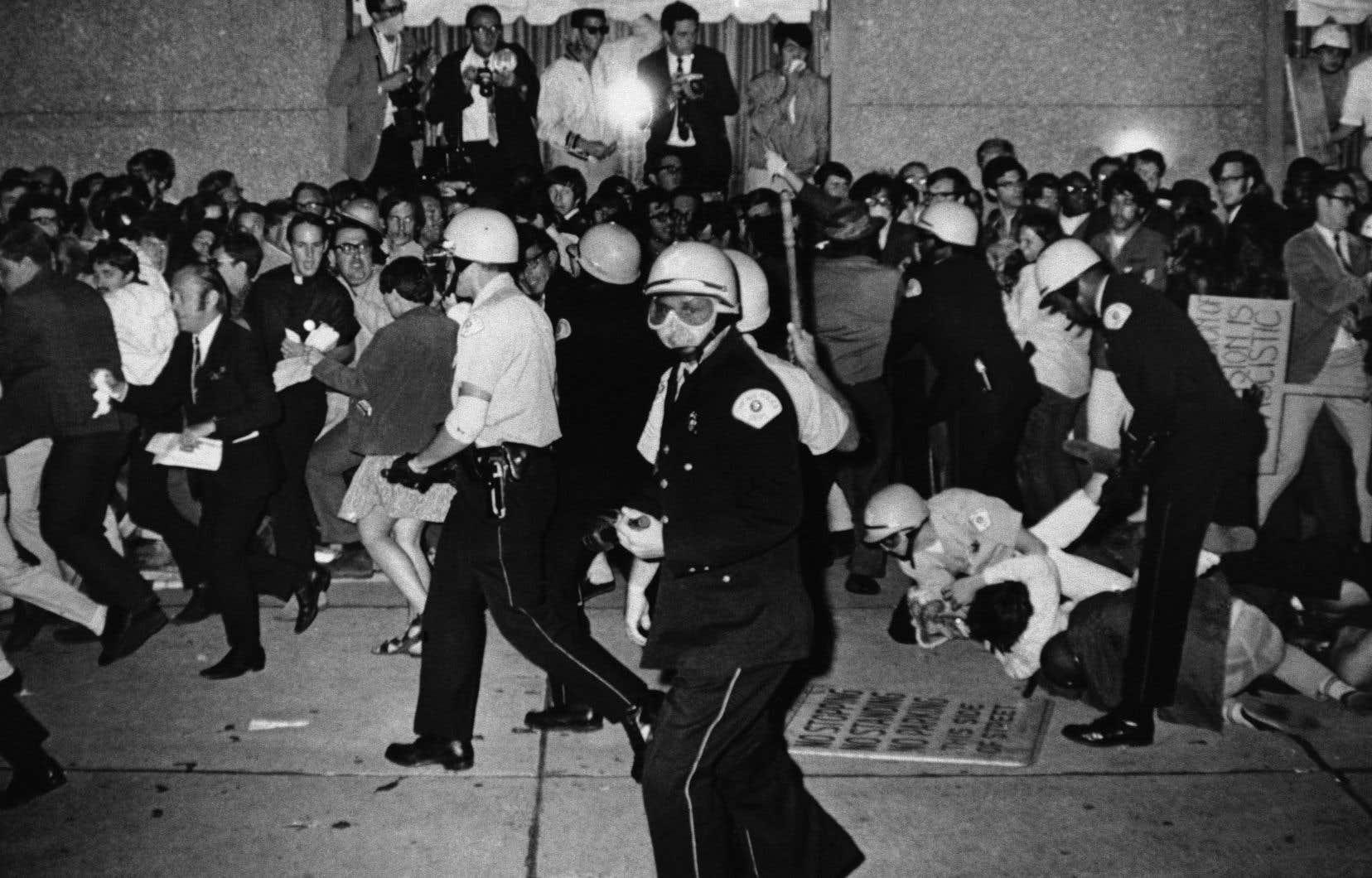 Attirés par les violences qui affligent la ville depuis l'assassinat de Martin Luther King et la convention démocrate de 1968, les journalistes du monde entier sont réunis dans la «Ville des vents» pour voir comment la justice américaine va procéder contre les Black Panthers qu'on accuse de tous les maux.
