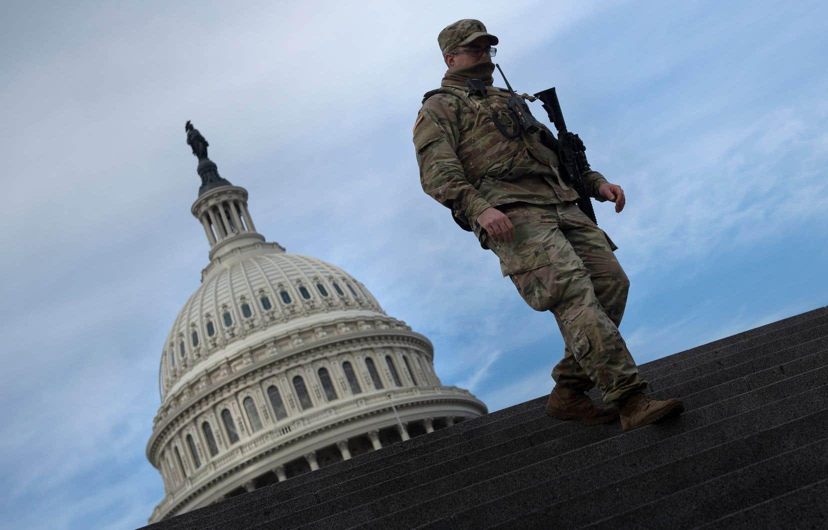 Un membre de la Garde nationale assure la sécurité au Capitole américain le 14 janvier 2021, à Washington, DC.