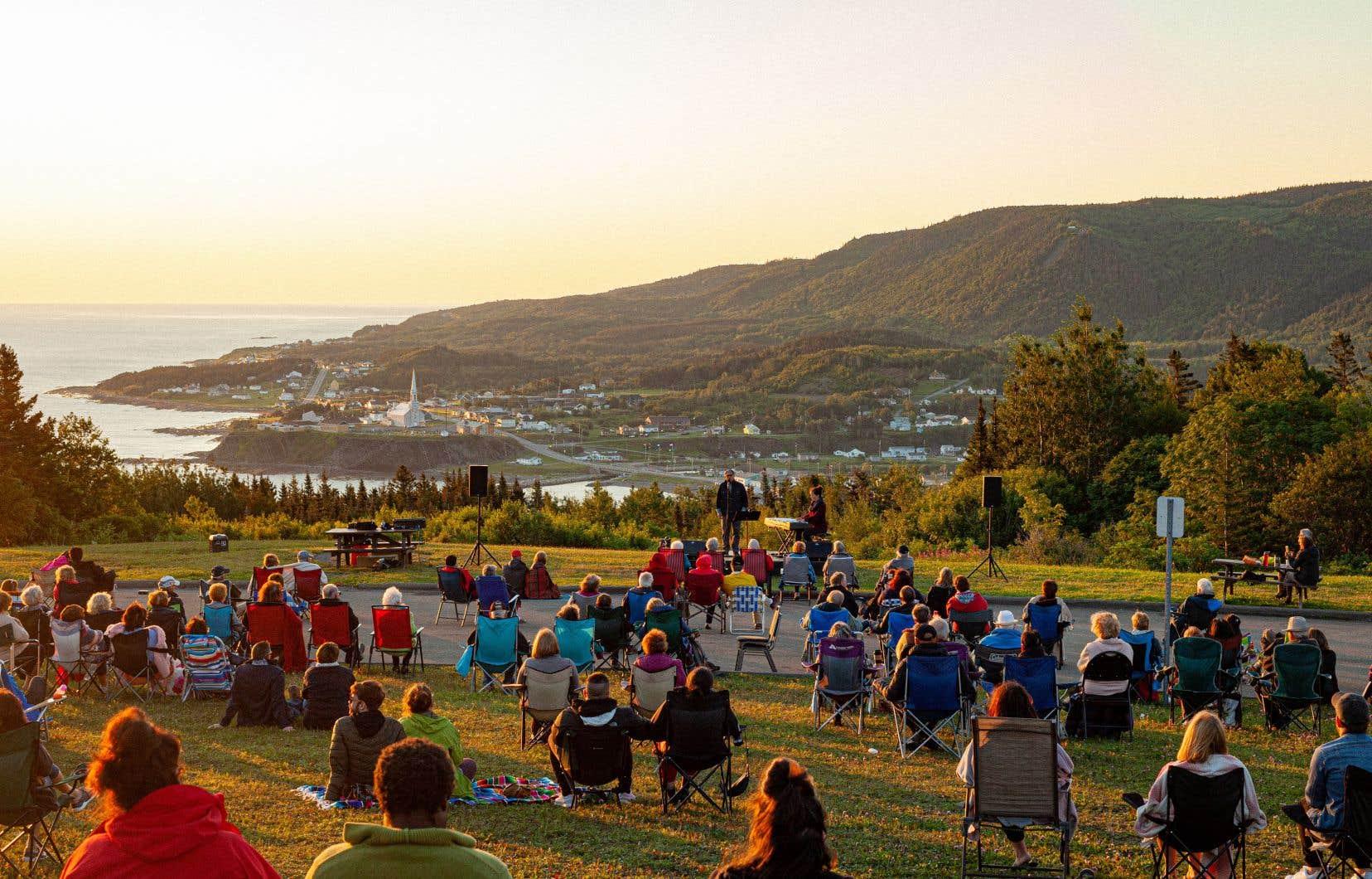 Les festivals hors des grands centres comptent tous miser sur la beauté des décors naturels pour présenter des spectacles en 2021, comme ici le Festival en chanson de Petite-Vallée 2020, qui appliquait les règles sanitaires.