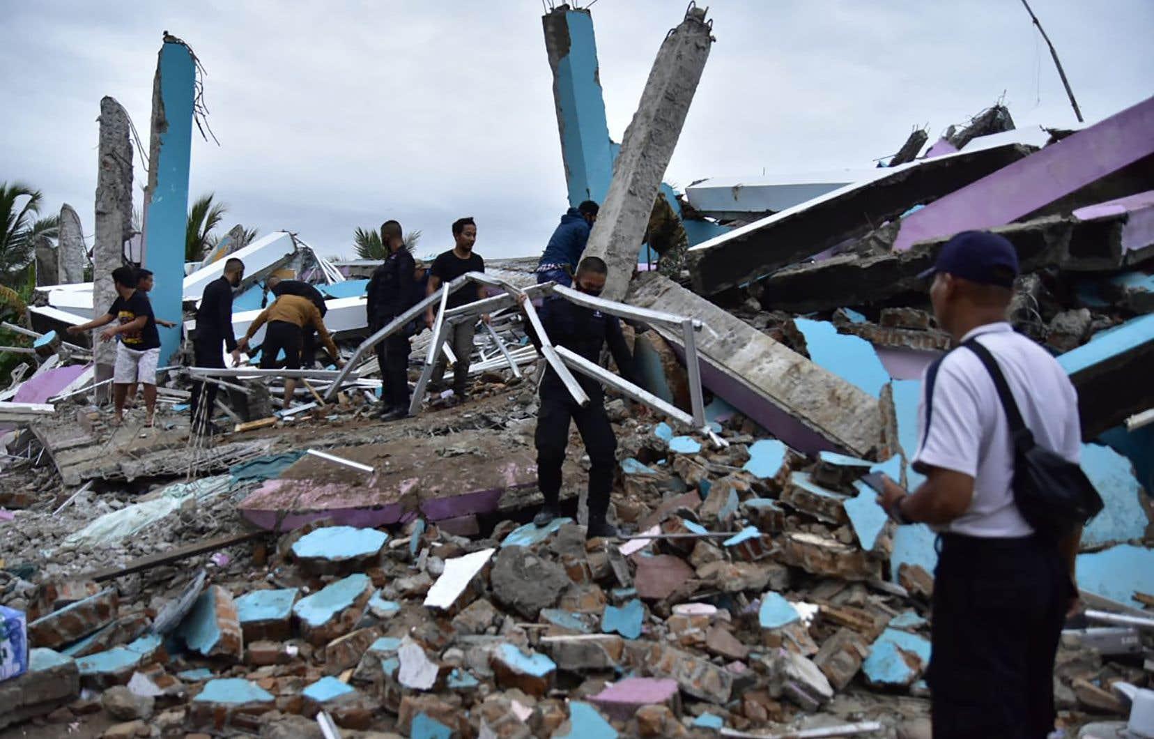 Les secours fouillent les décombres de plusieurs bâtiments effondrés dans l'espoir de trouver des survivants.