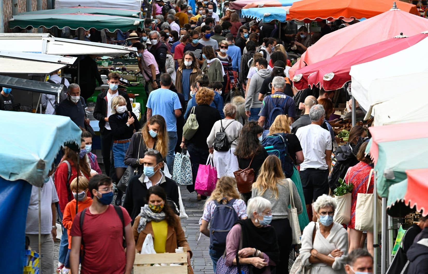 <p>Des études suggèrent que le variant, qui est apparu pour la première fois au Royaume-Uni avant de proliférer dans plusieurs pays, est de 50 à 70% plus transmissible que les souches antérieures.</p>