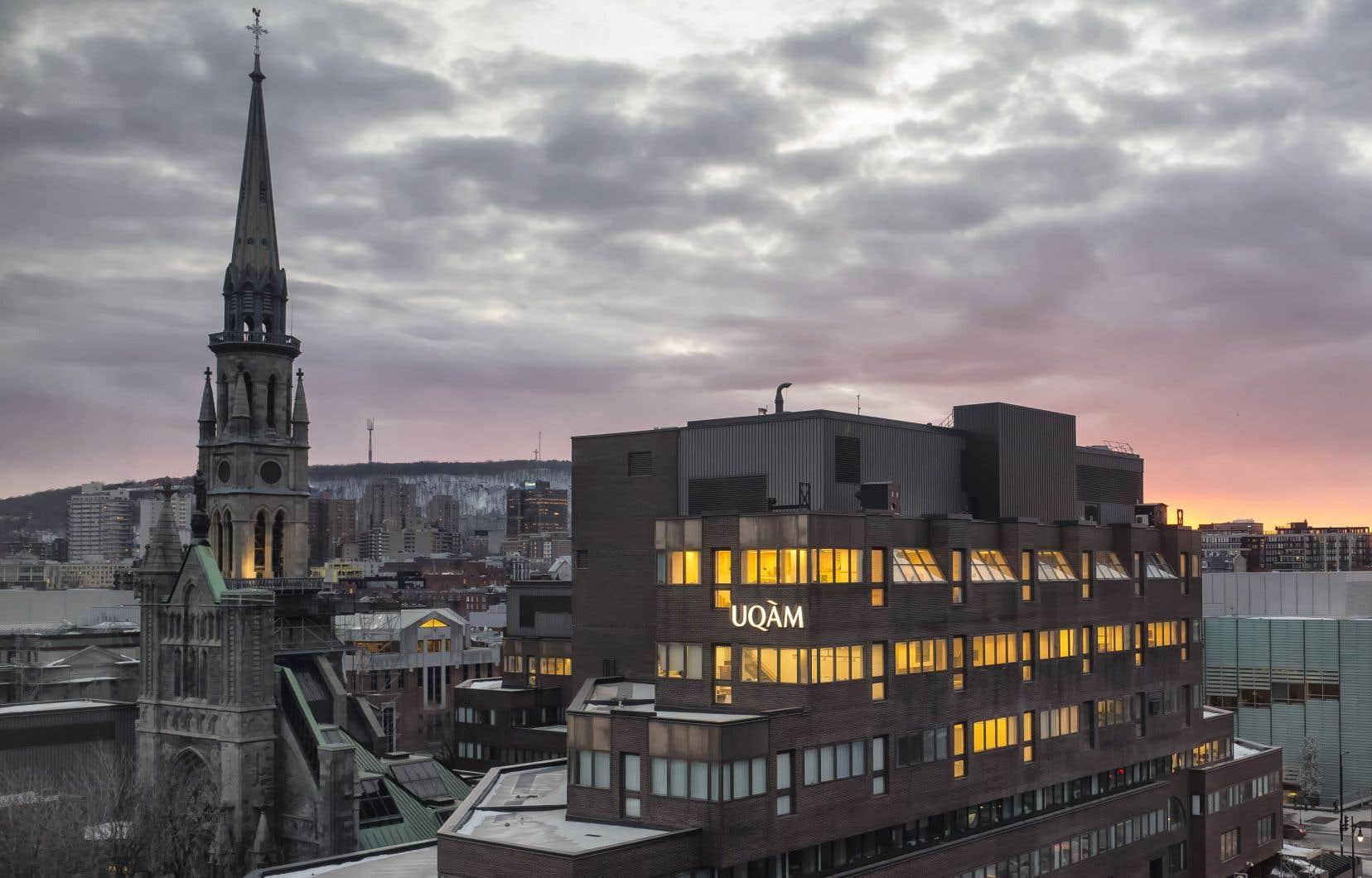 En matière de patrimoine urbain et architectural, l'UQAM n'a de leçon à recevoir de personne. Son campus central est l'un des tout premiers exemples d'intégration réussie de l'architecture ancienne à l'architecture moderne, récompensé par un Prix d'excellence de l'Ordre des architectes en 1980, affirme l'autrice.