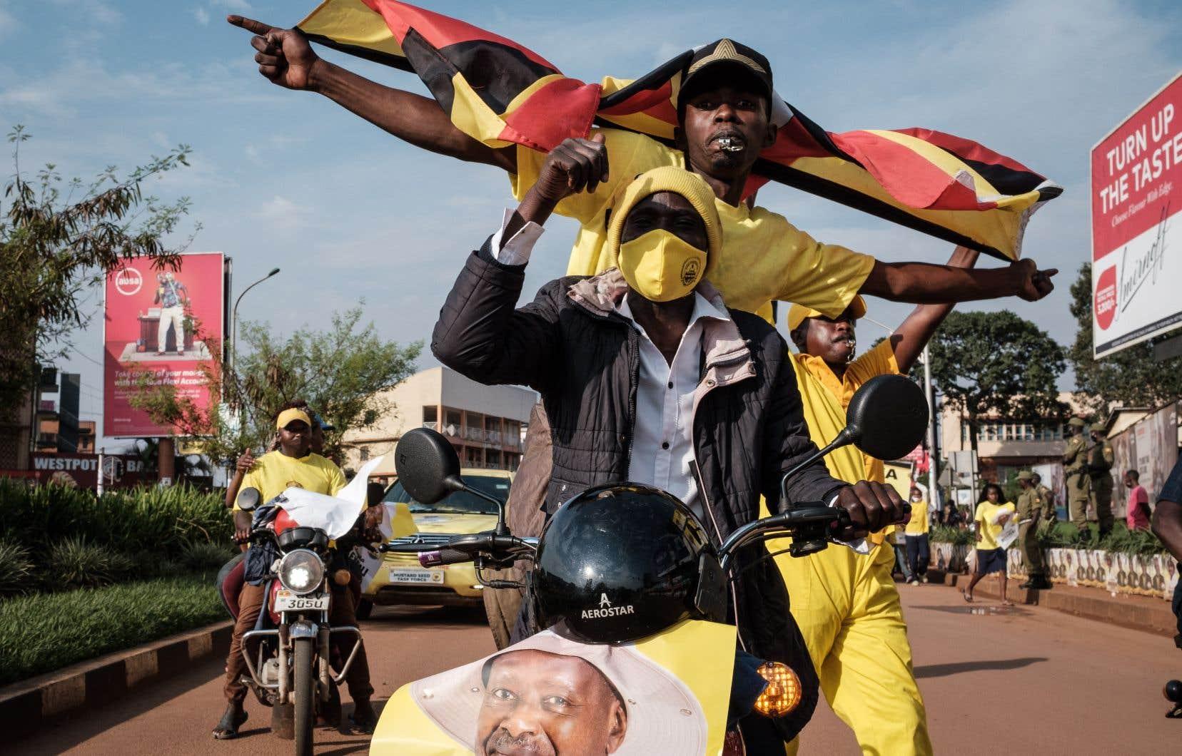 Des Ougandais célébraient la victoire deYoweri Museveni, avec des affiches montrant le président coiffé de son éternel chapeau de safari.