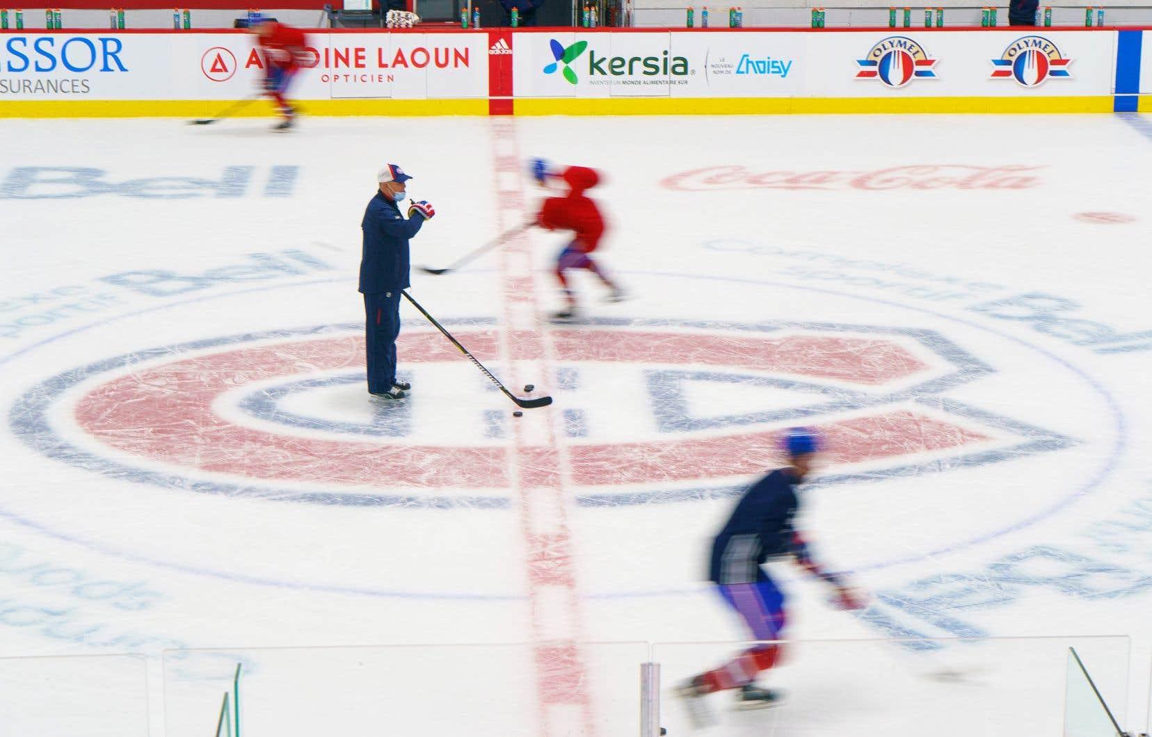 Claude Julien, au centre de la glace, lors d'un entraînement du Canadien à Brossard au début du mois de janvier