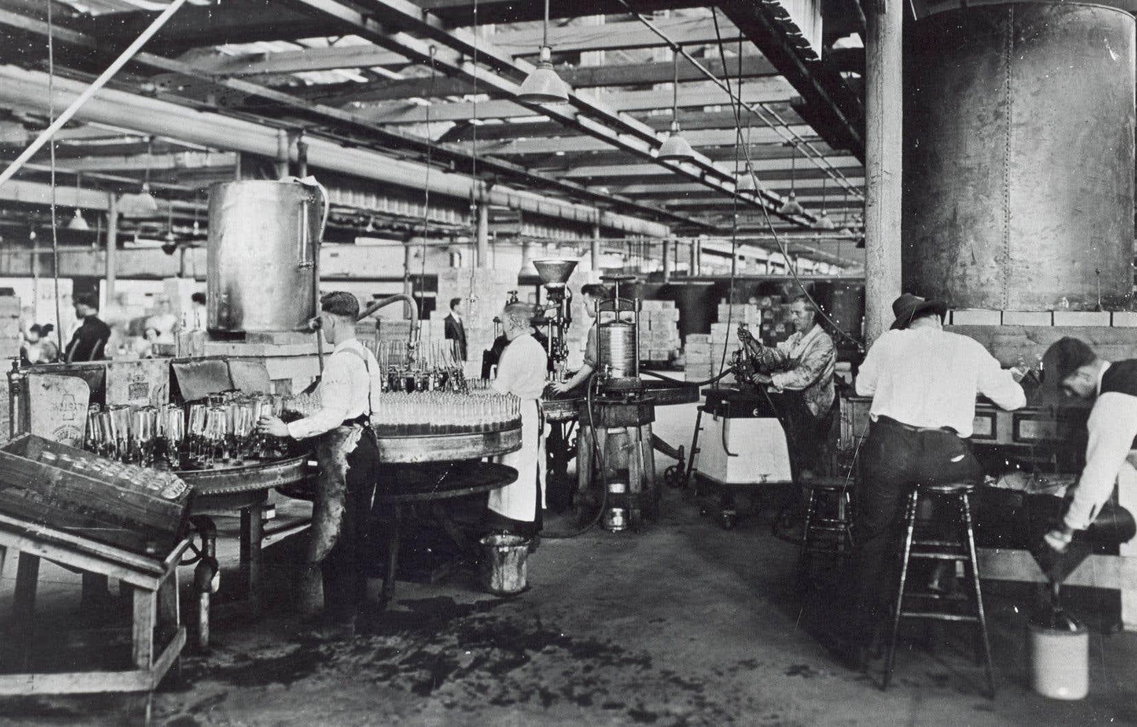 Un atelier d'embouteillage au Québec en 1921